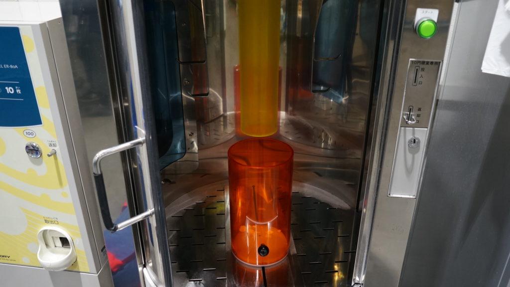 コストコ店舗の出口付近にあるドライアイスを作る機械の内部の写真
