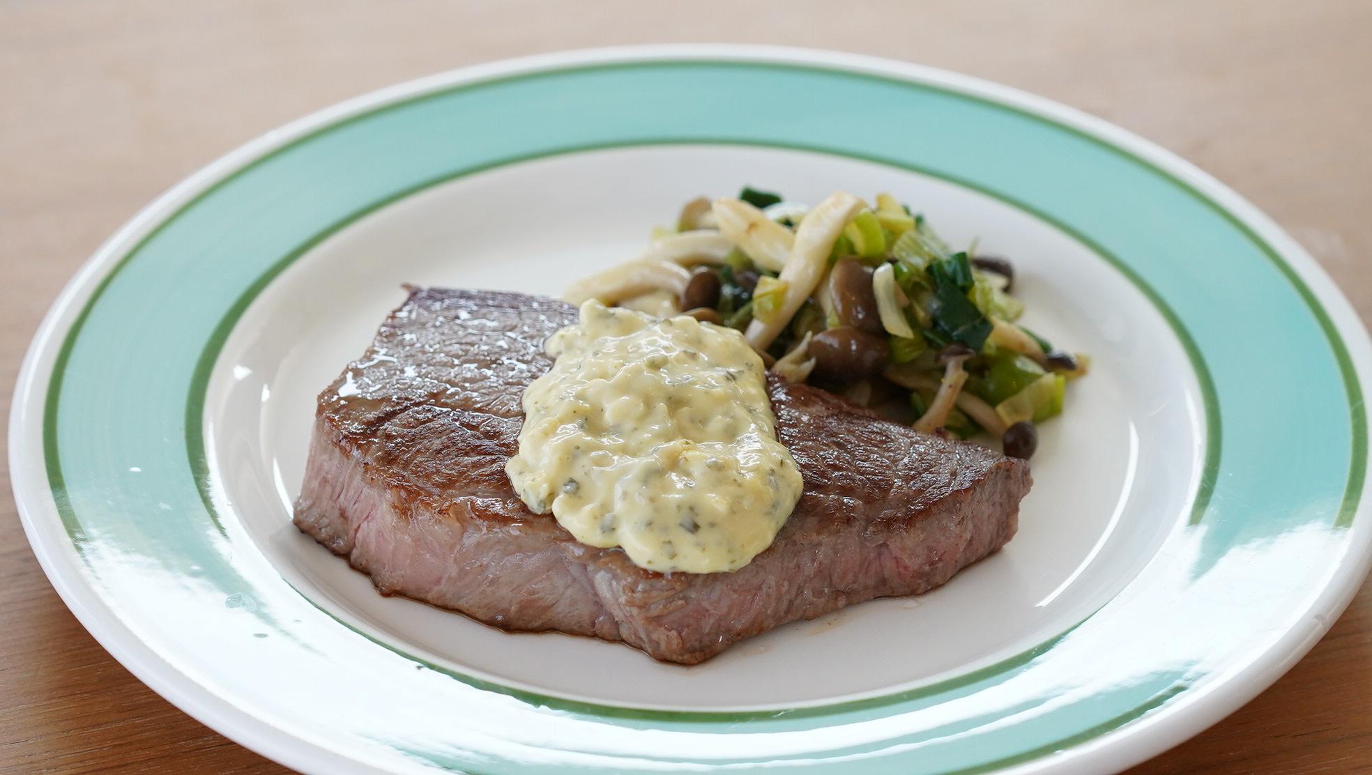 ピカールのおすすめ冷凍食品「ベアルネーゼソース」をステーキにかけた写真