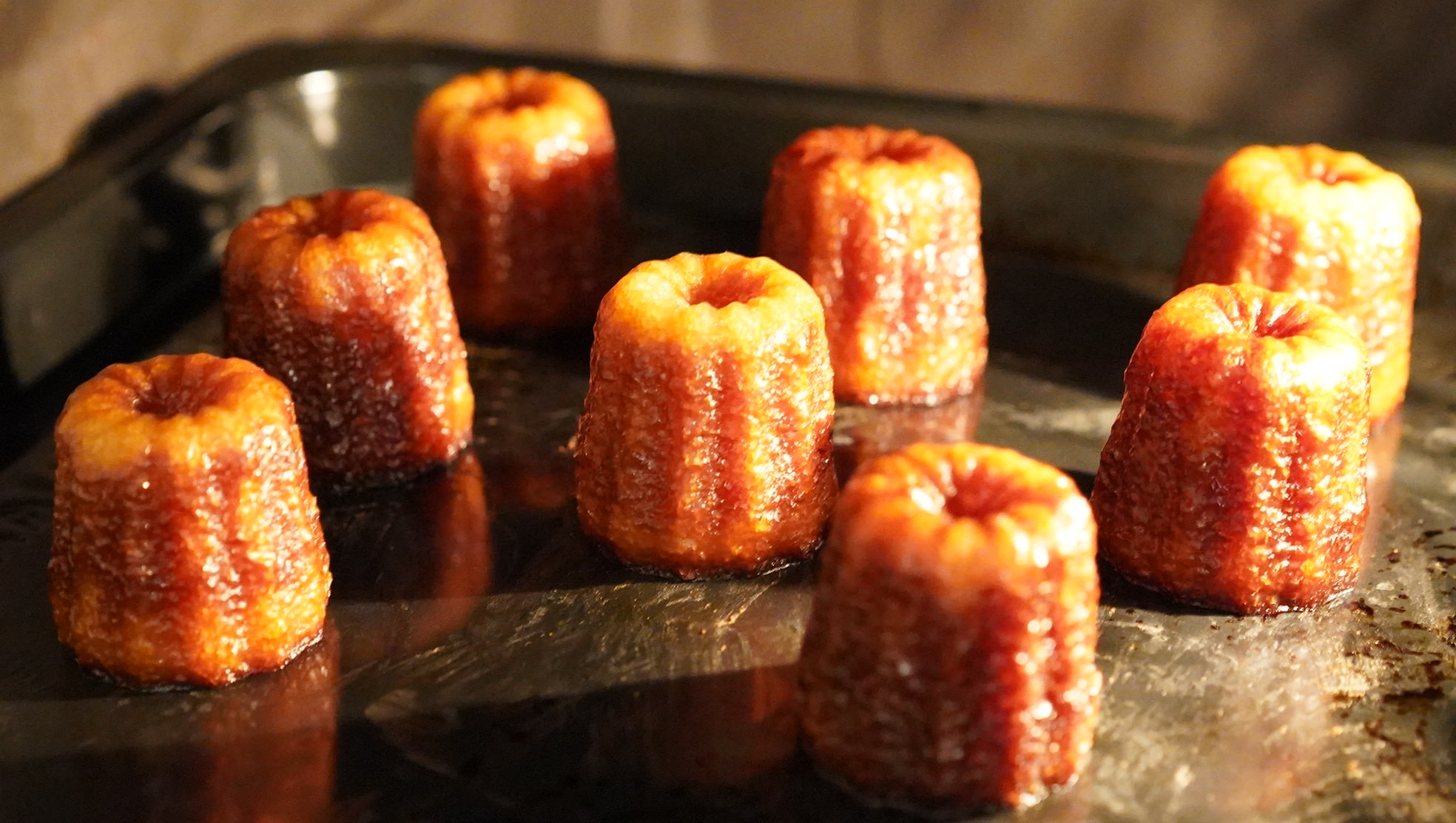 ピカールのおすすめ冷凍食品「ミニカヌレ」をオーブンで焼いている写真