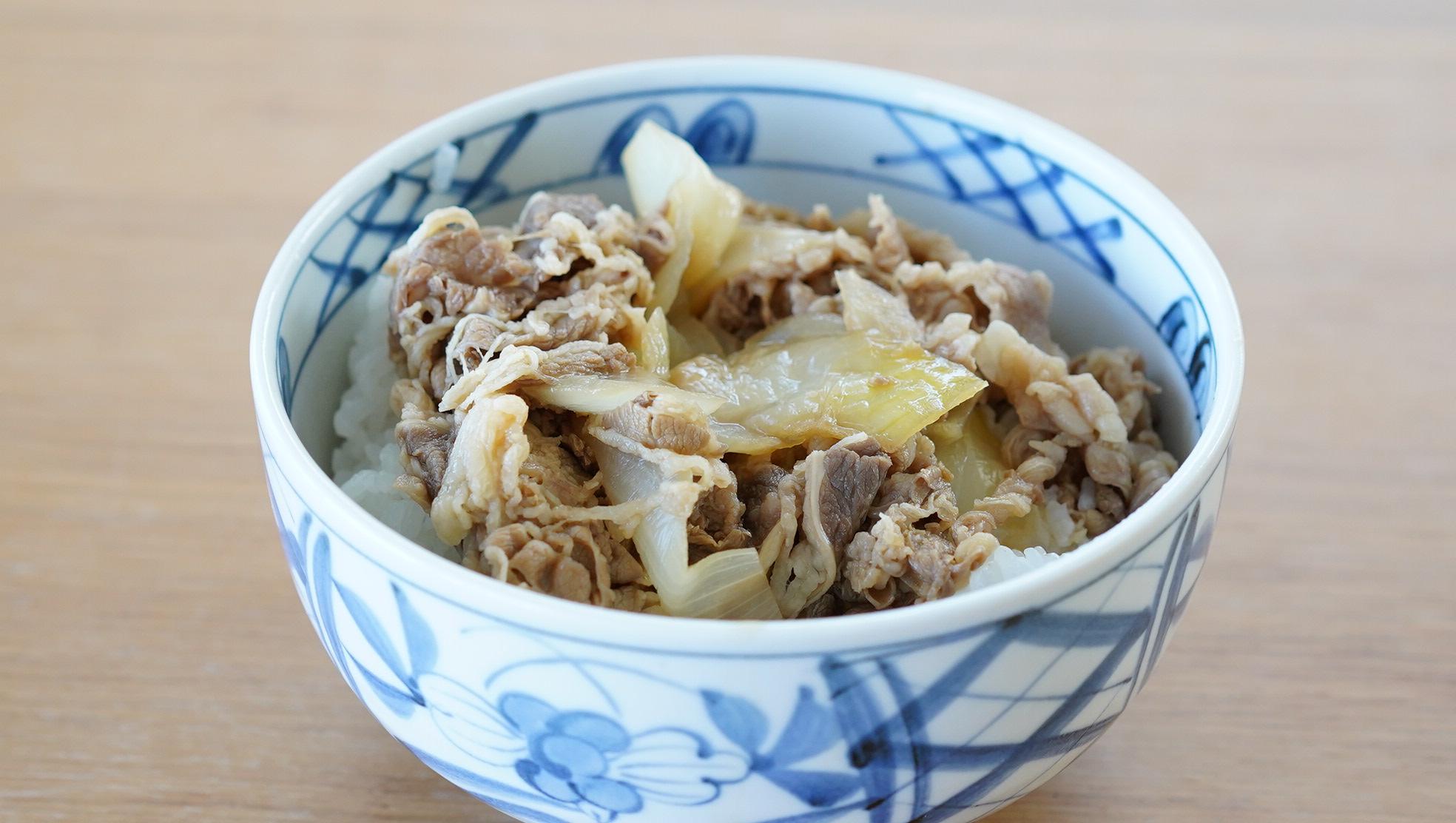 コストコのおすすめ冷凍食品「吉野家のミニ牛丼の具」を電子レンジで温めてご飯に乗せた写真