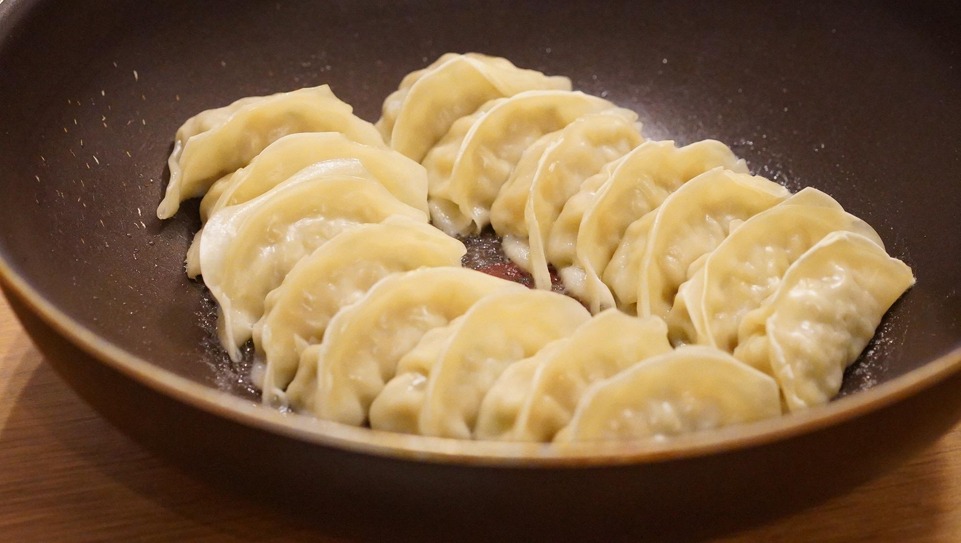 コストコのおすすめ冷凍食品「餃子計画冷凍生餃子」をフライパンで焼いている写真