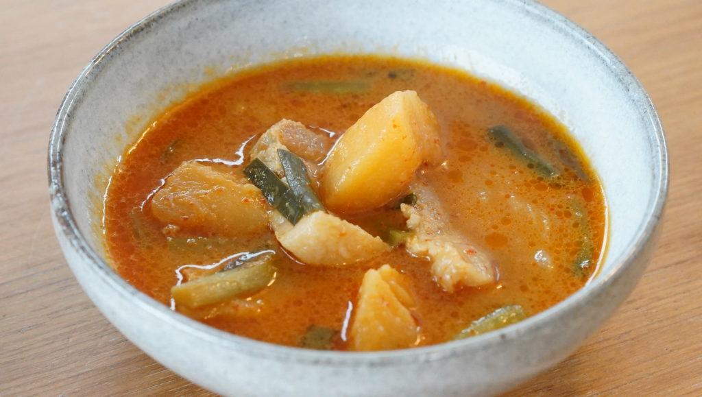 おすすめの美味しい韓国料理の冷凍食品「無印良品のカムジャタン」を皿に盛りつけた写真