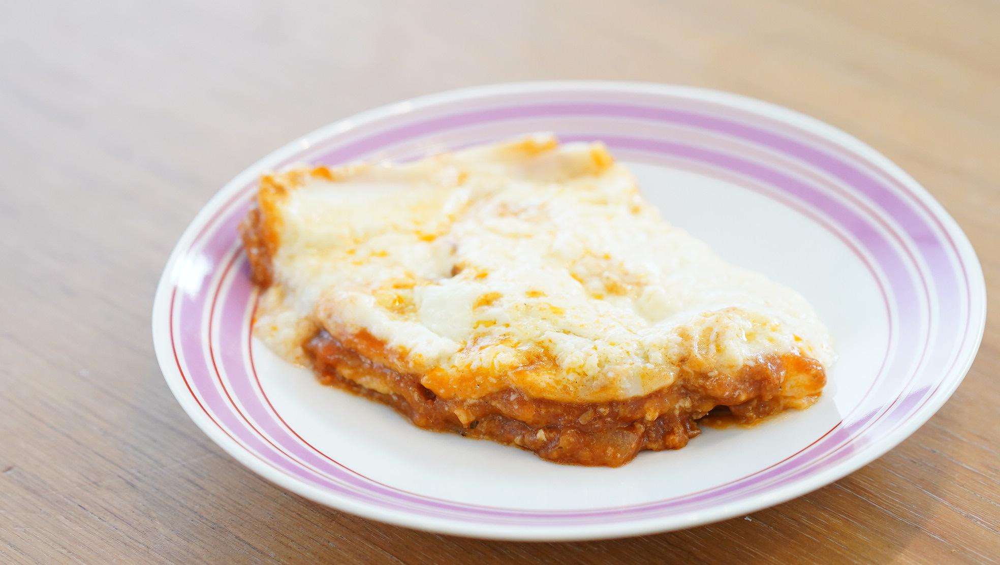 コストコのおすすめ冷凍食品「ビーフラザニア」のチーズとミートソースが組み合わさっている写真