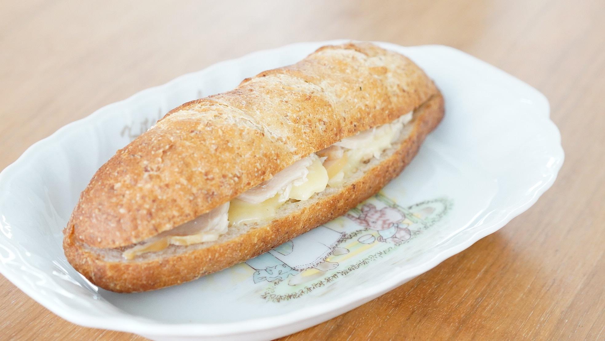 無印良品のおすすめ冷凍食品「ホットサンド・スモーク&チキン」の写真
