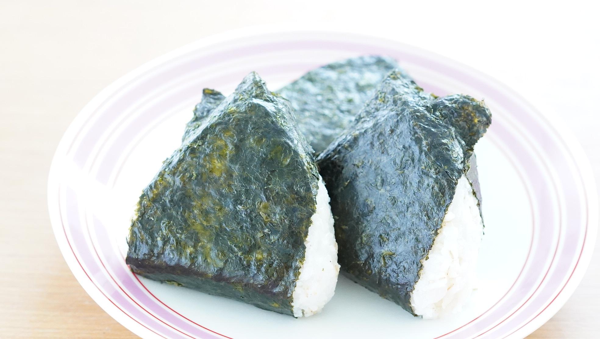 無印良品のおすすめ冷凍食品「押し麦ごはんの梅おにぎり」の写真