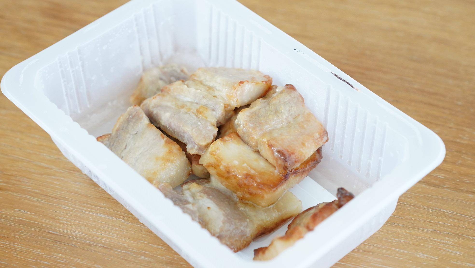 セブンイレブンのおすすめ冷凍食品「レンジで簡単豚バラ焼き」の中身の写真
