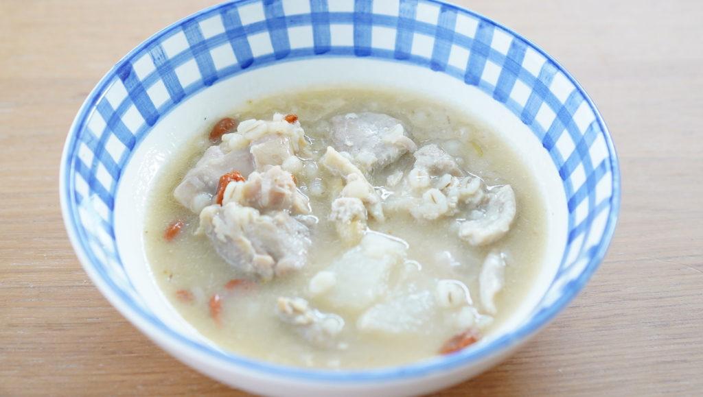 おすすめの美味しい韓国料理の冷凍食品「無印良品のサムゲタン」を皿に盛りつけた写真