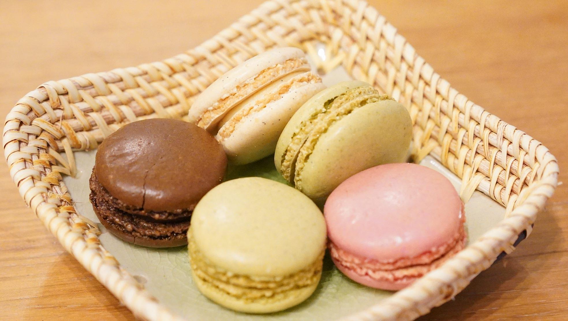 ピカールのおすすめ冷凍食品「4種類のマカロン」を皿に盛り付けた写真