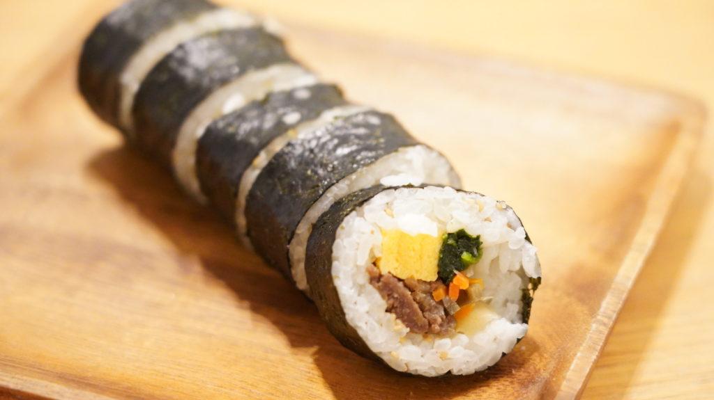 おすすめの美味しい韓国料理の冷凍食品「無印良品のキンパ」を皿に盛りつけた写真