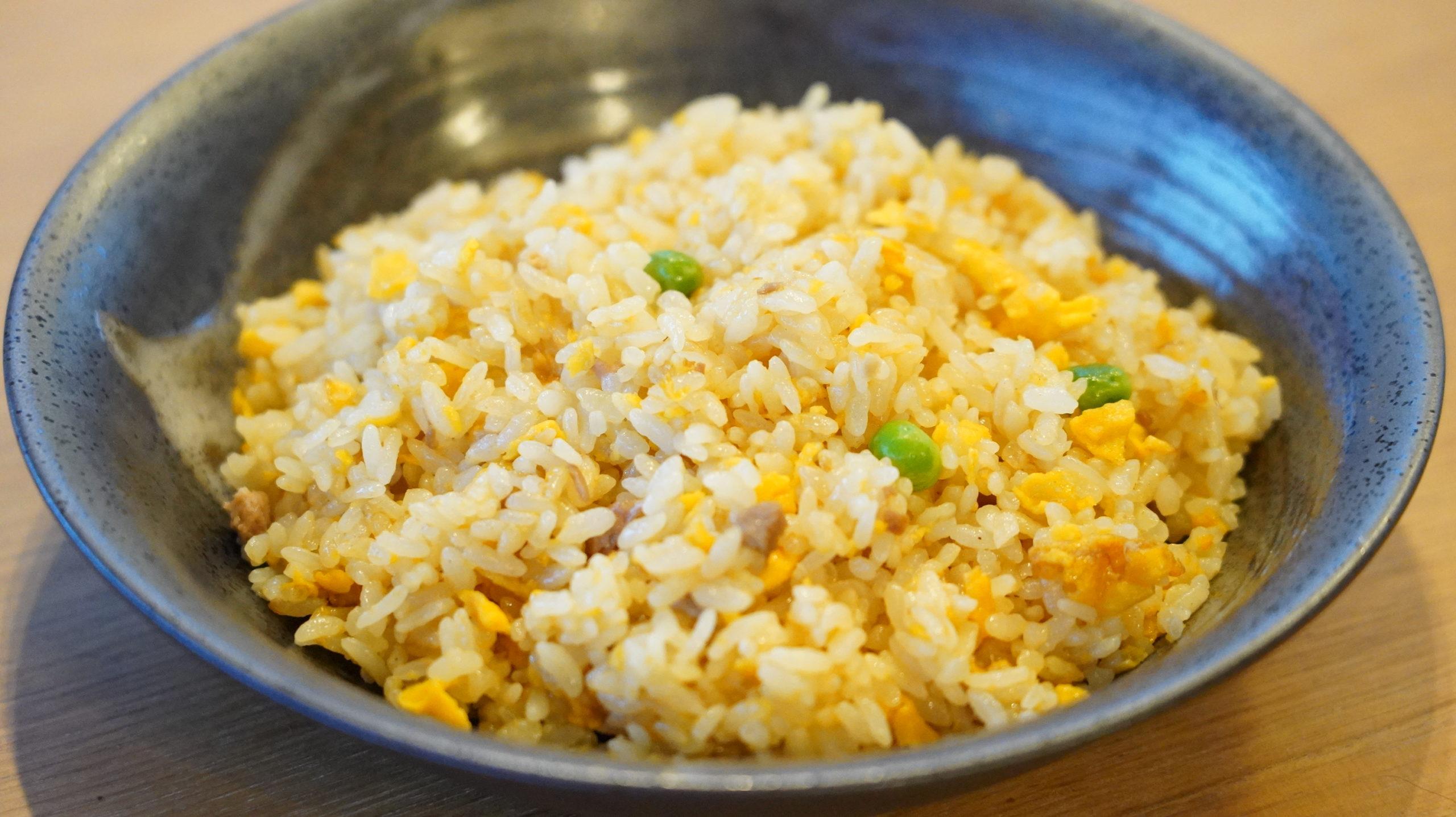 セブンイレブンのおすすめ冷凍食品「すみれチャーハン」を皿に盛り付けた写真