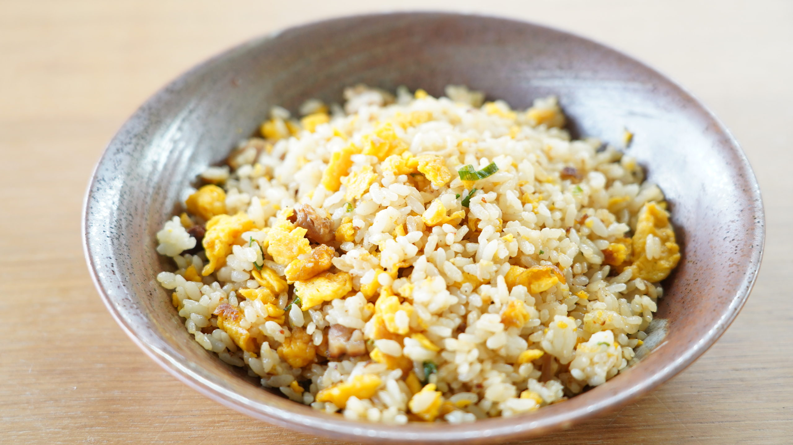 セブンイレブンのおすすめ冷凍食品「極上炒飯」を皿に盛り付けた写真