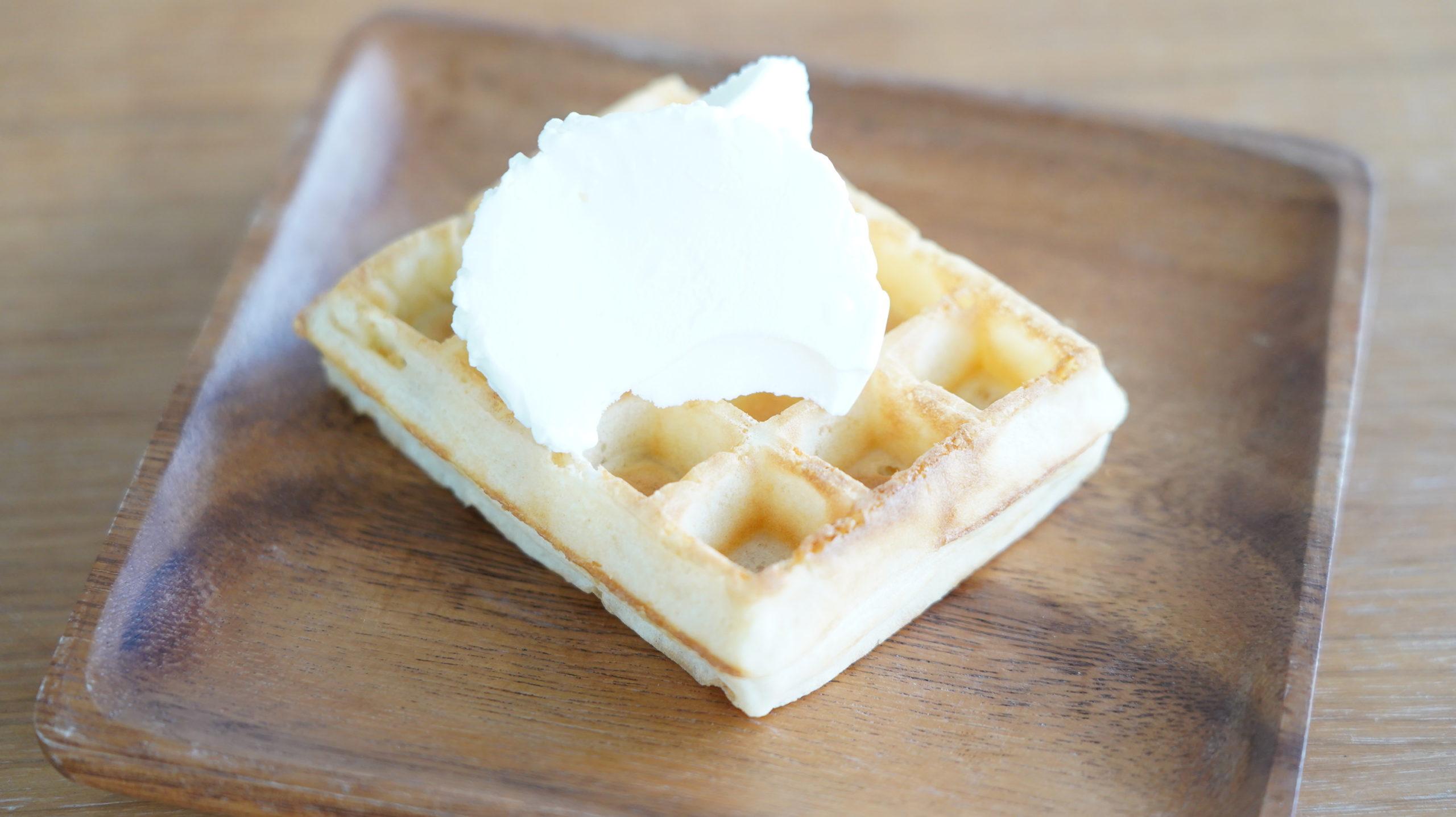 ピカールのおすすめ冷凍食品「冷凍ワッフル」にバニラアイスクリームを乗せた写真