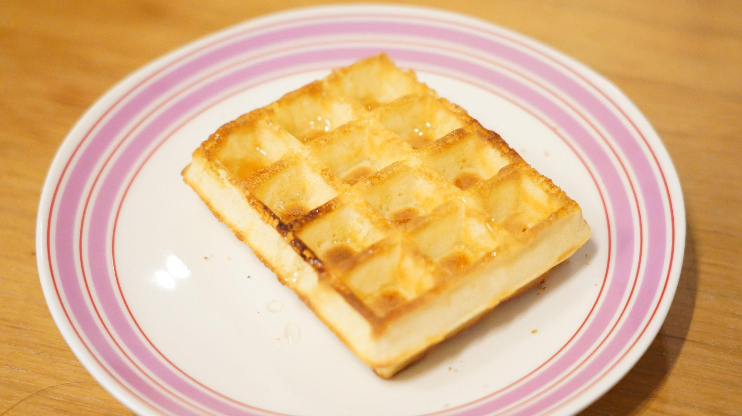 ピカールのおすすめ冷凍食品「冷凍ワッフル」にハチミツをかけた写真