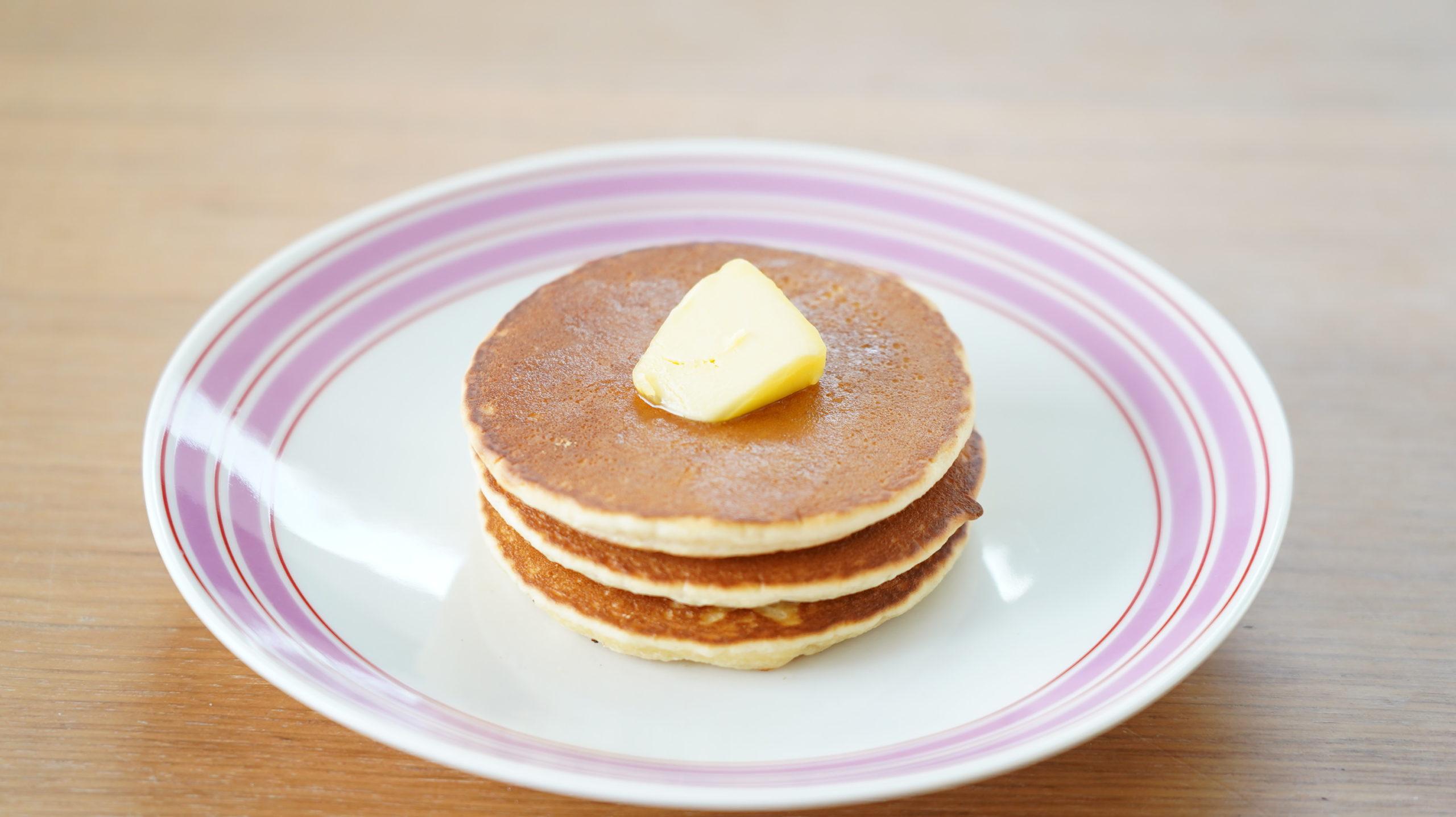 ピカールのおすすめ冷凍食品「パンケーキ」にバターをのせた写真