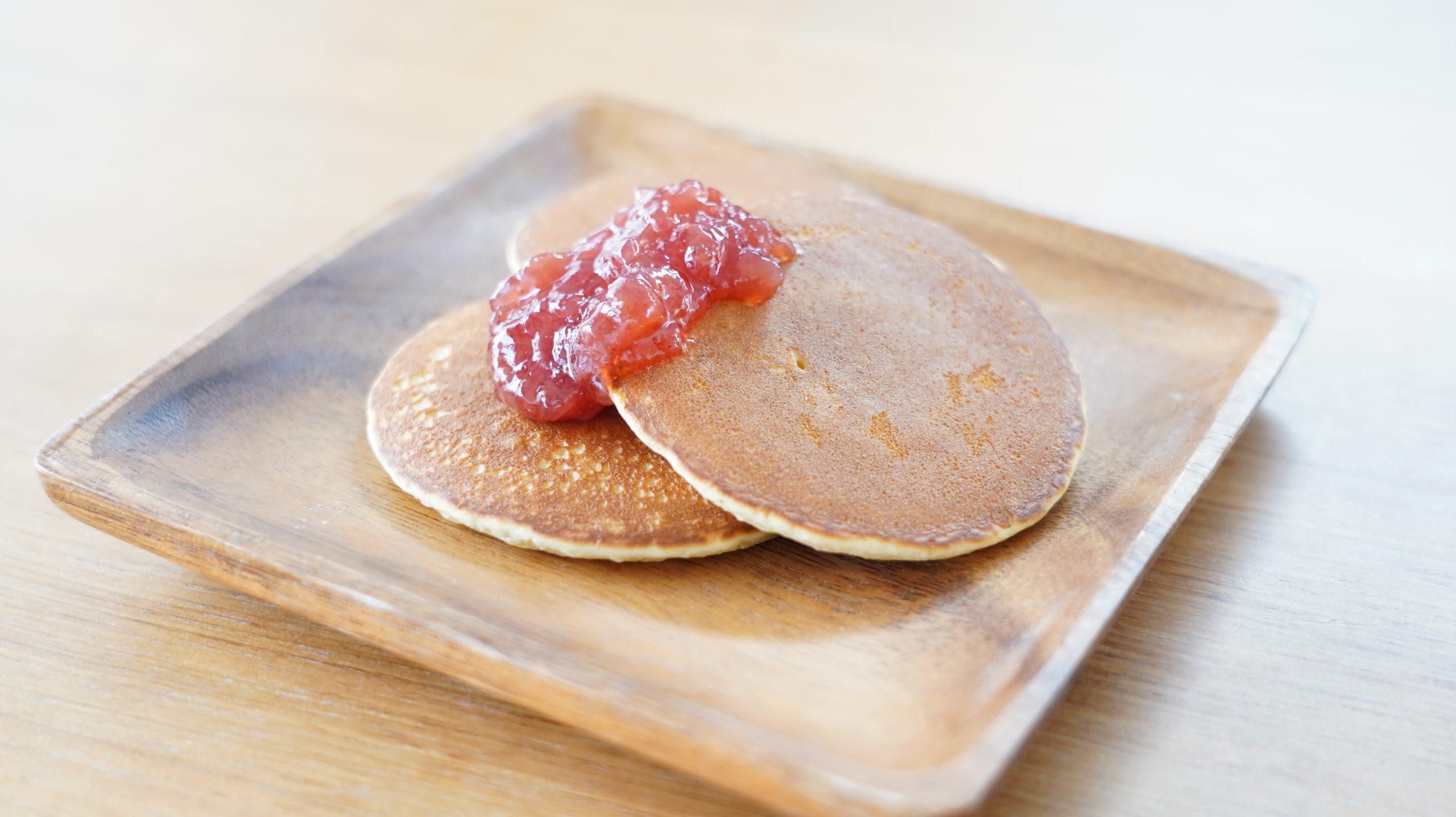 ピカールのおすすめ冷凍食品「パンケーキ」にジャムをかけた写真