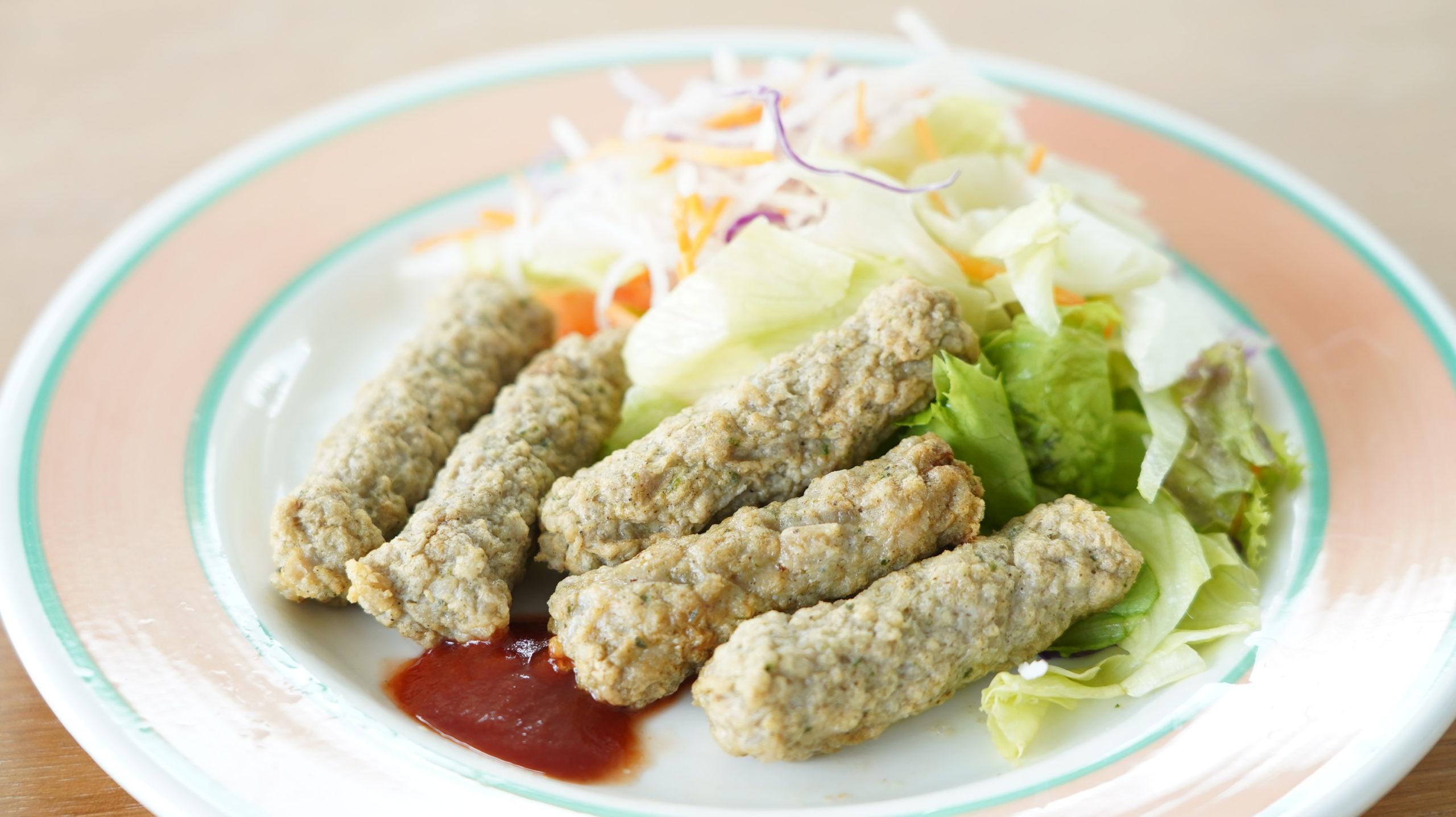 コストコのおすすめ冷凍食品「ジョーンズ デイリーファーム チキンリンクス」を盛り付けた写真