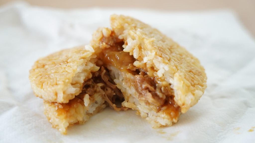 コストコのおすすめ冷凍食品「マルチャン ライスバーガー 焼肉」の中身の写真