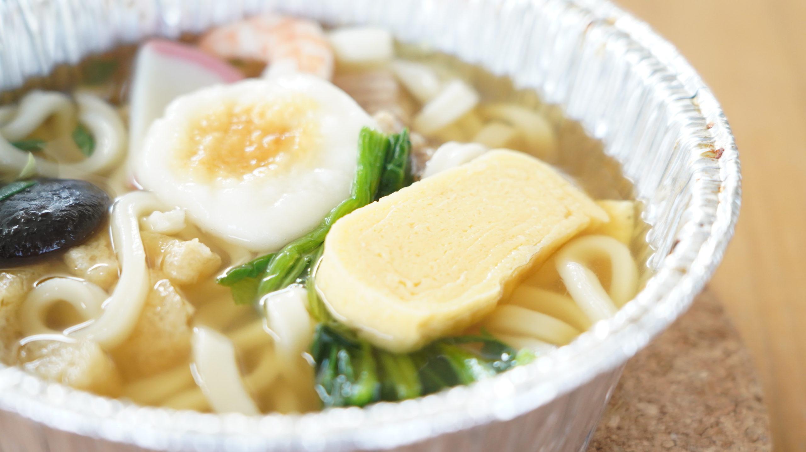 セブンイレブンの冷凍食品「関西風だし・鍋焼うどん」の出汁巻たまごの写真