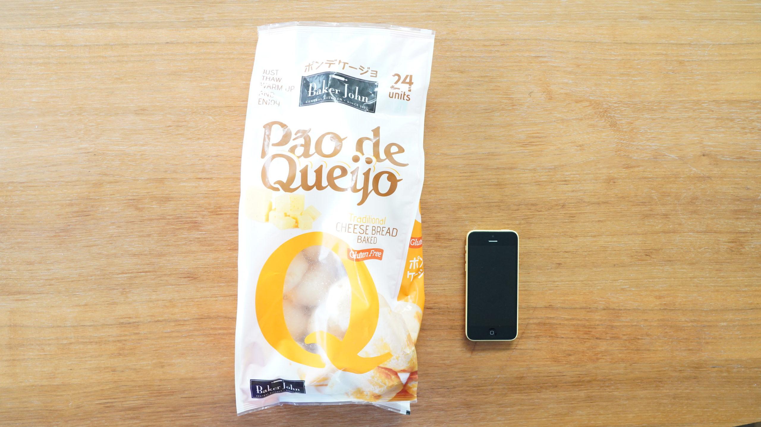 コストコの冷凍食品「ポン・デ・ケージョ」のパッケージと携帯電話の大きさを比較した写真