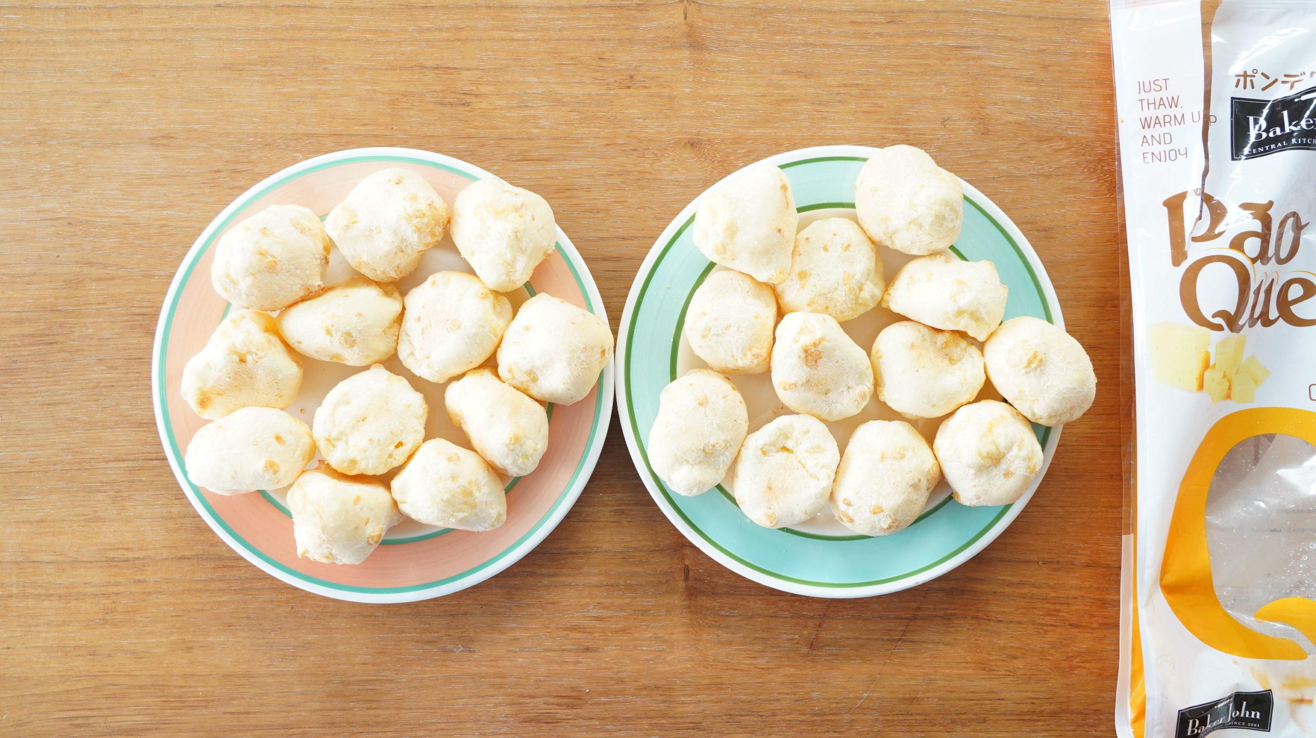 コストコの冷凍食品「ポン・デ・ケージョ」の中身が24個入っていることを確認している写真