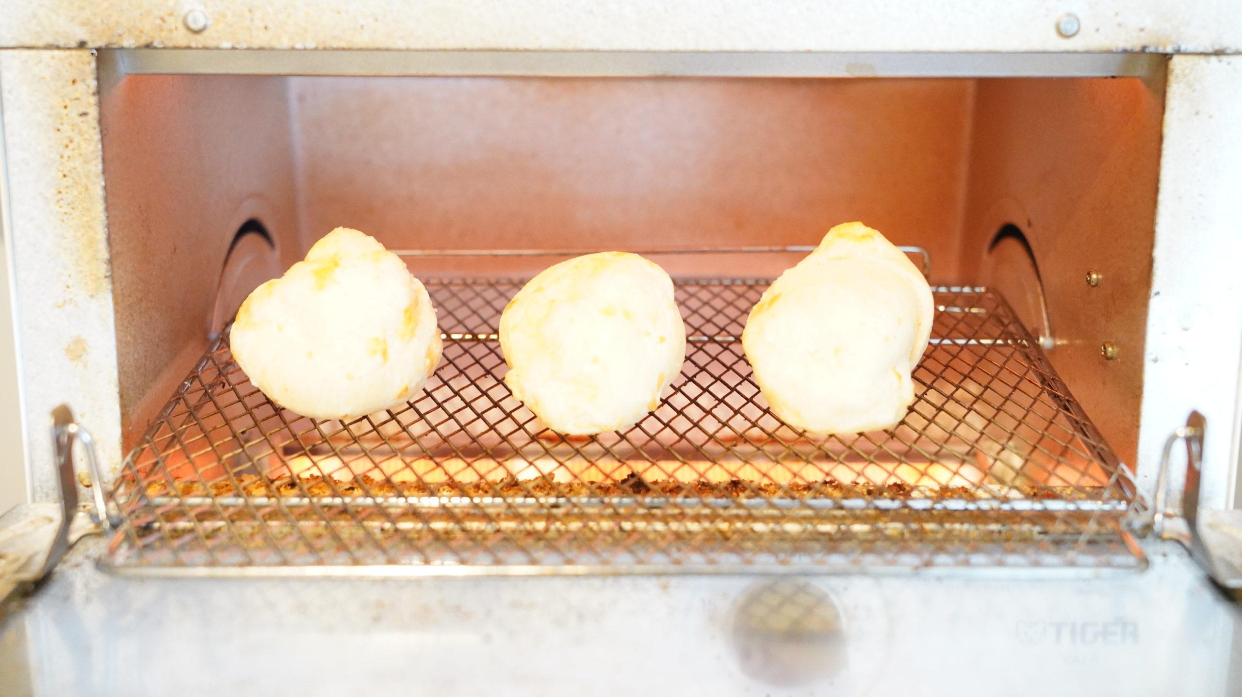 コストコの冷凍食品「ポン・デ・ケージョ」をオーブントースターで焼いている写真