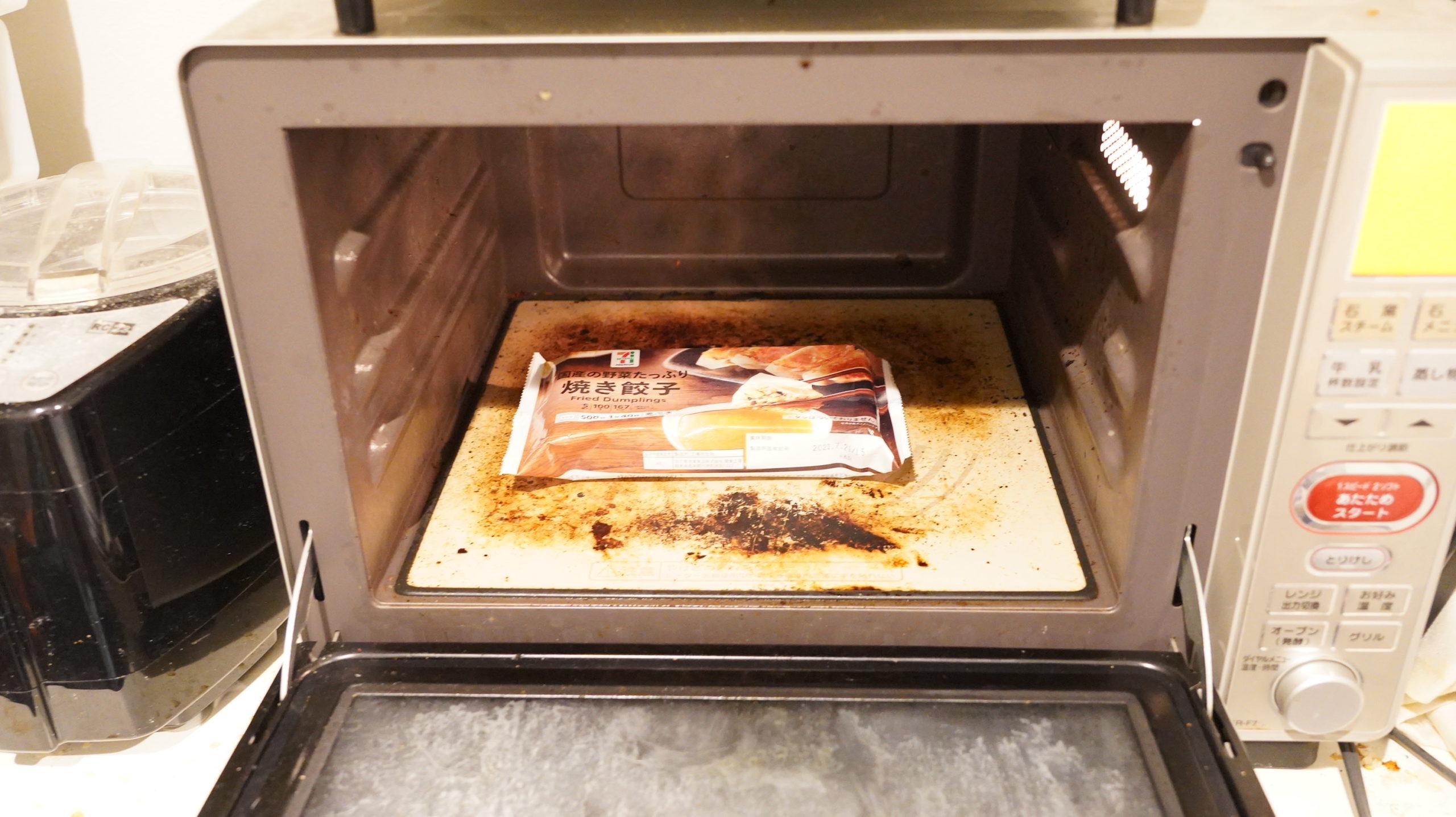 千葉県のセブン限定で売られている「国産の野菜たっぷり焼き餃子」を電子レンジで加熱している写真
