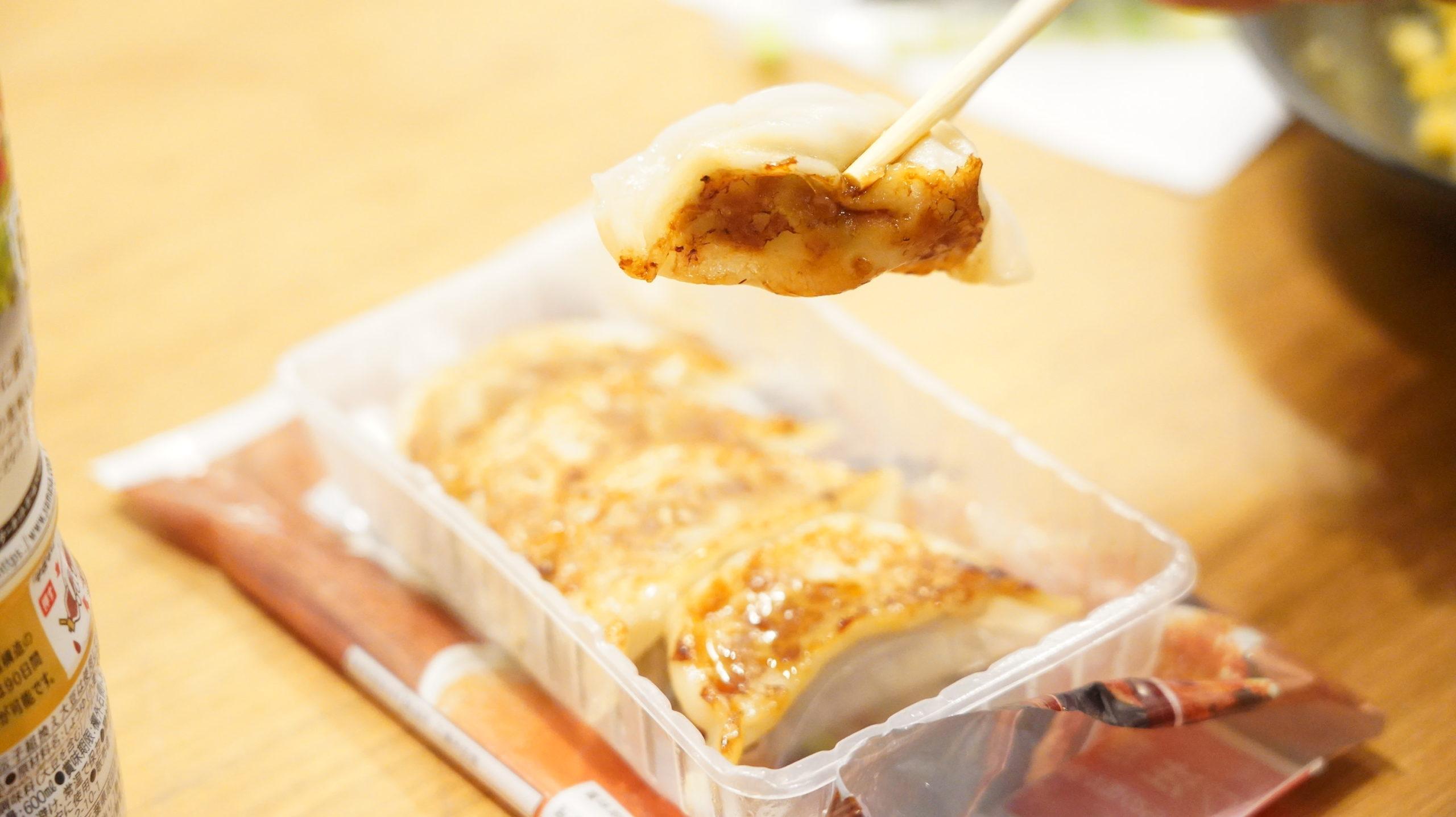 千葉県のセブン限定で売られている「国産の野菜たっぷり焼き餃子」のギョーザを箸でつかんでいる写真