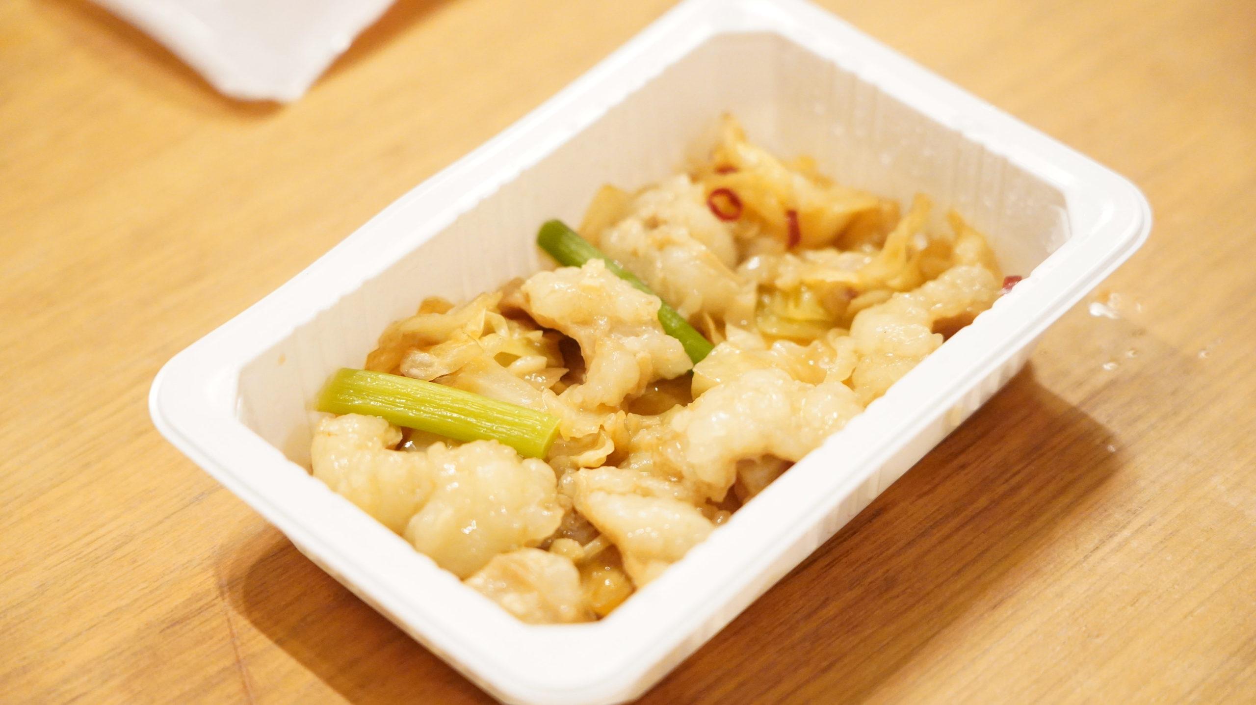 セブンイレブンの冷凍食品「キャベツとにんにくの芽入・牛塩ホルモン炒め」の全体写真