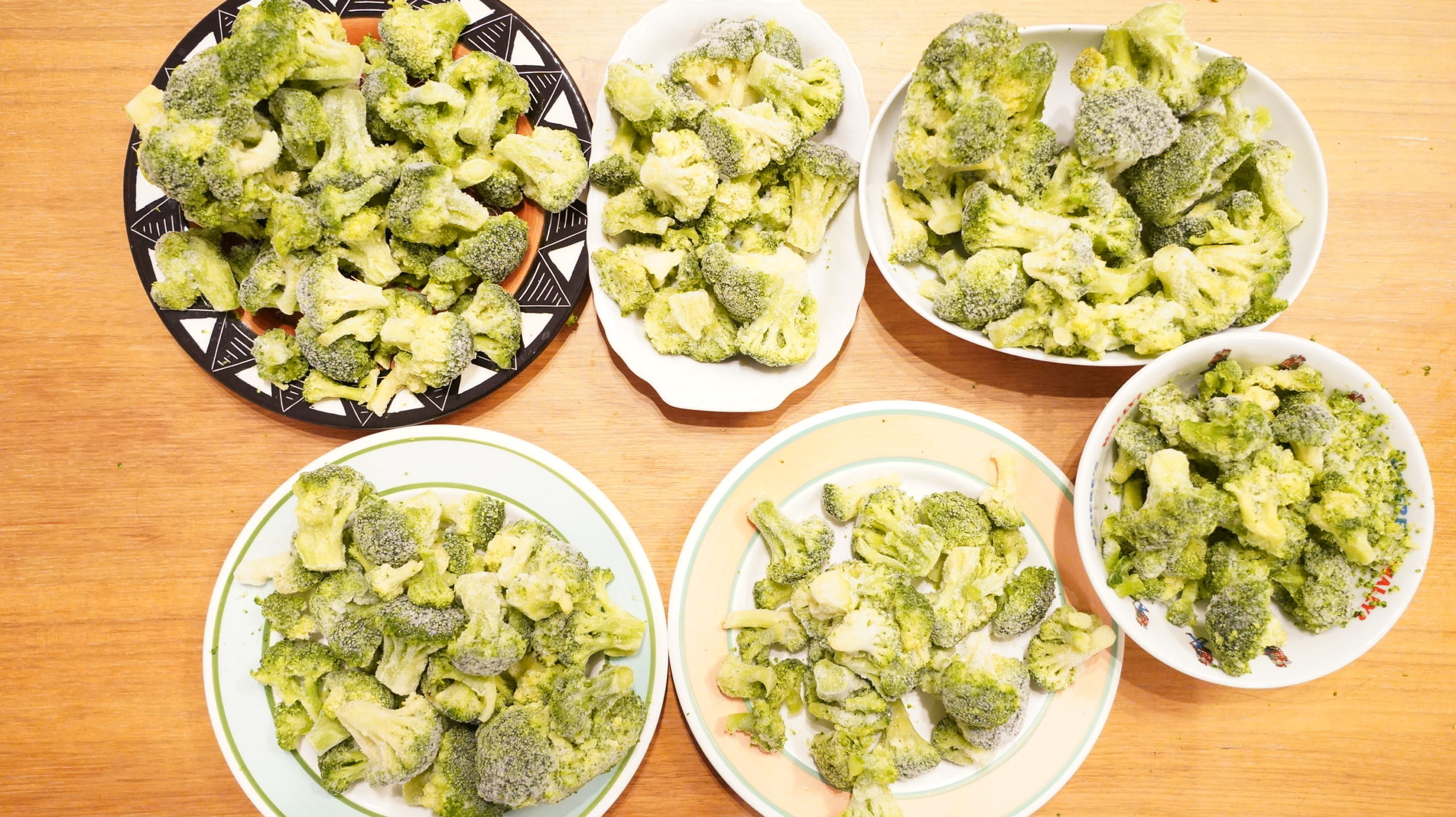 コストコのおすすめ冷凍食品「ブロッコリー100%ナチュラル」の中身2.27kgを並べた写真