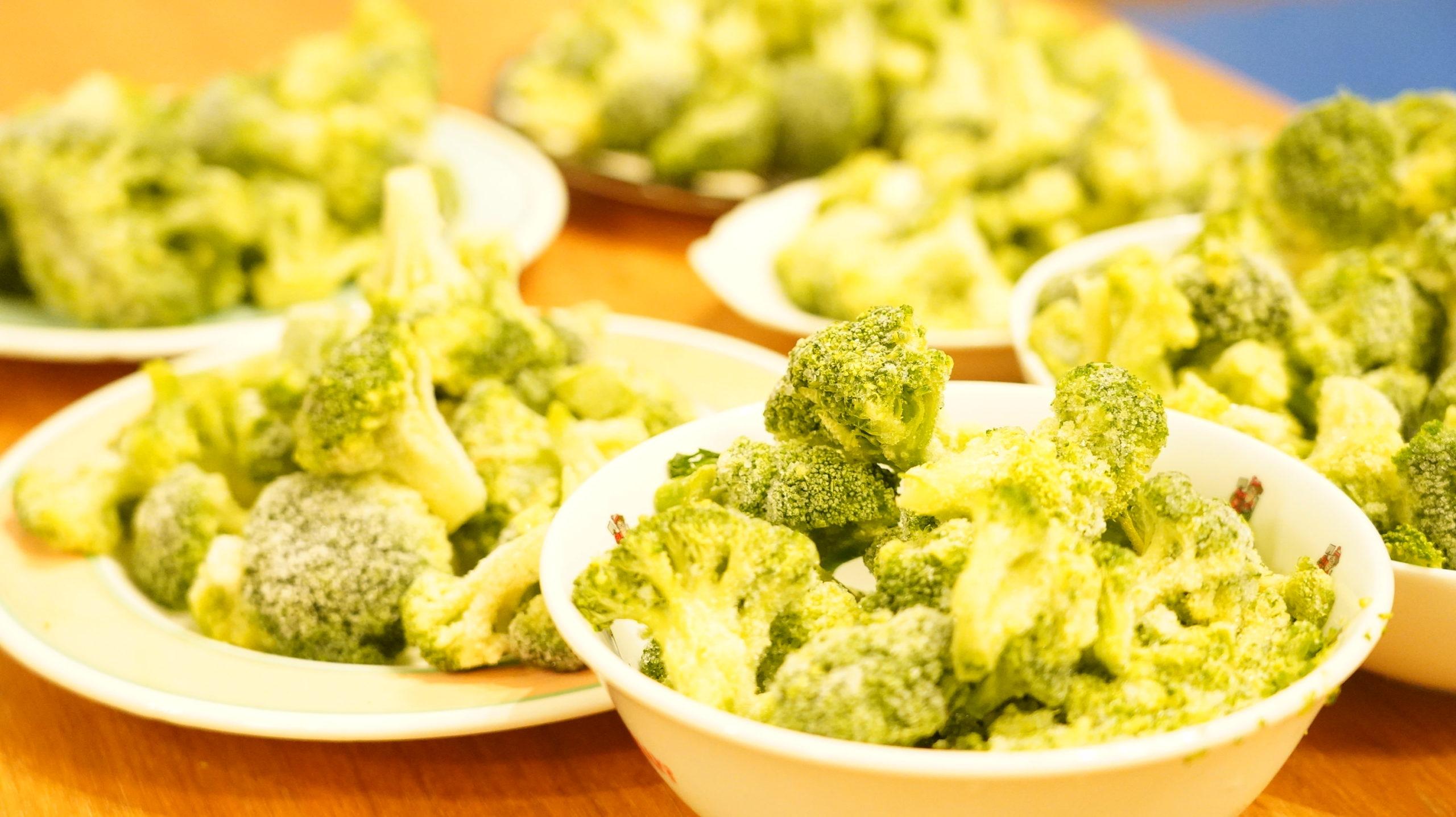 コストコの冷凍食品「ブロッコリー 100%ナチュラル」のブロッコリーがたくさん並んでいる写真