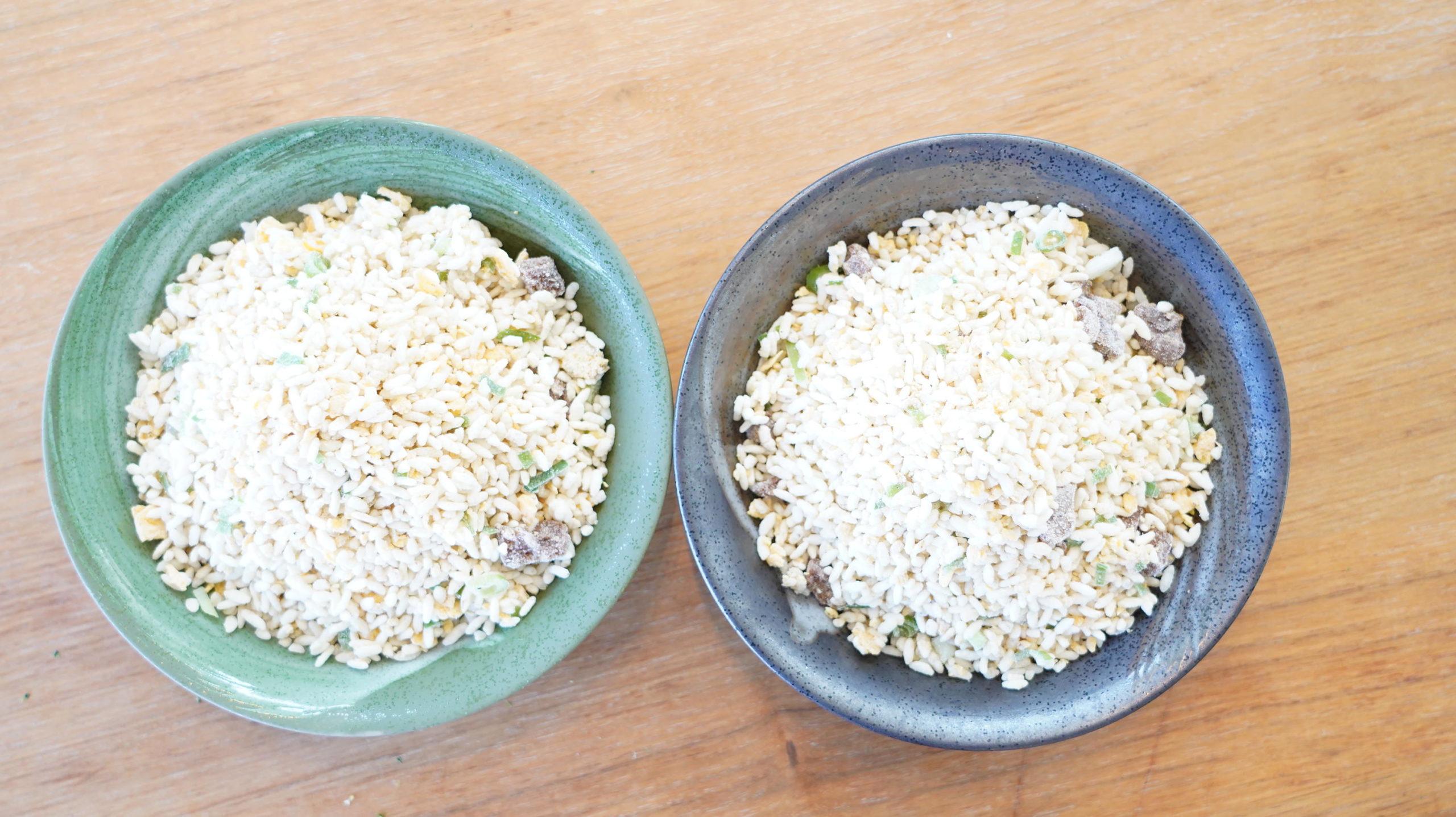 味の素の冷凍食品「焦がしにんにくのマー油と葱油が香るザ★チャーハン」がお皿2皿に盛り付けられている写真