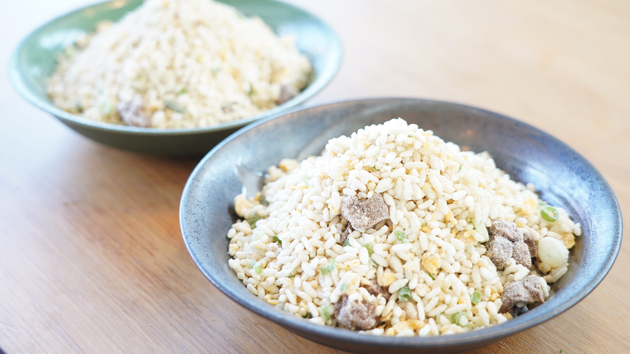 味の素の冷凍食品「焦がしにんにくのマー油と葱油が香るザ★チャーハン」の大ボリュームが分かる写真