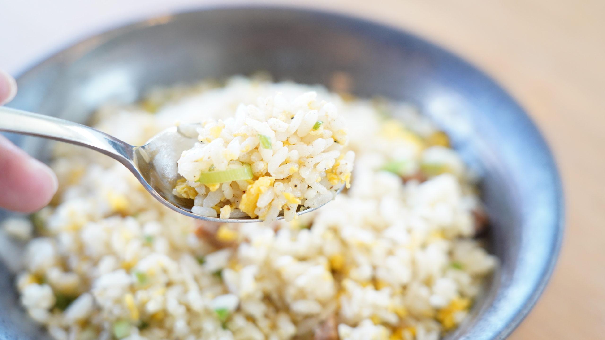 味の素の冷凍食品「焦がしにんにくのマー油と葱油が香るザ★チャーハン」のクローズアップ写真