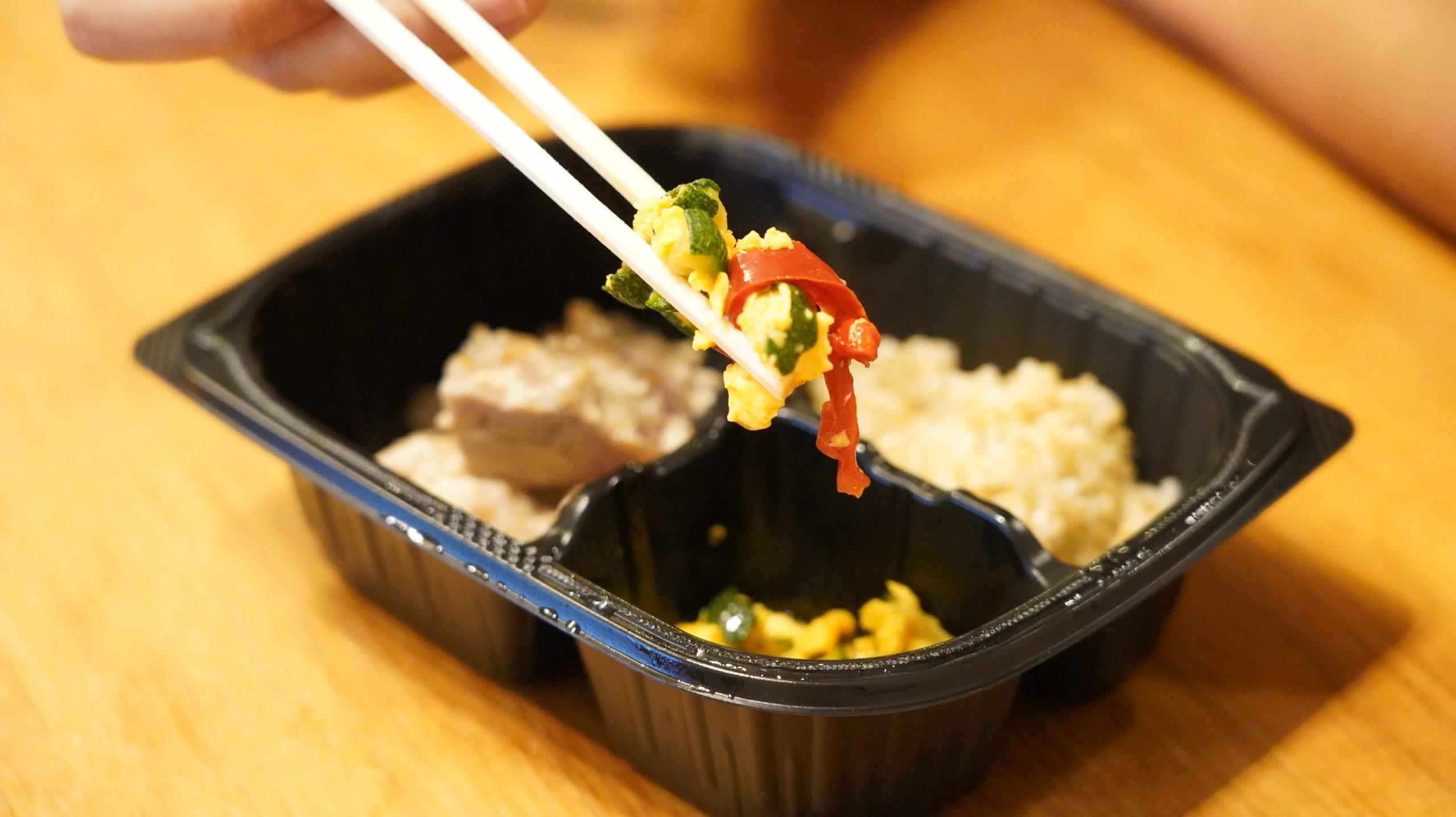 マッスルデリ(Muscle Deli)の鶏肉の塩麹焼きセットの野菜入りスクランブルエッグの写真