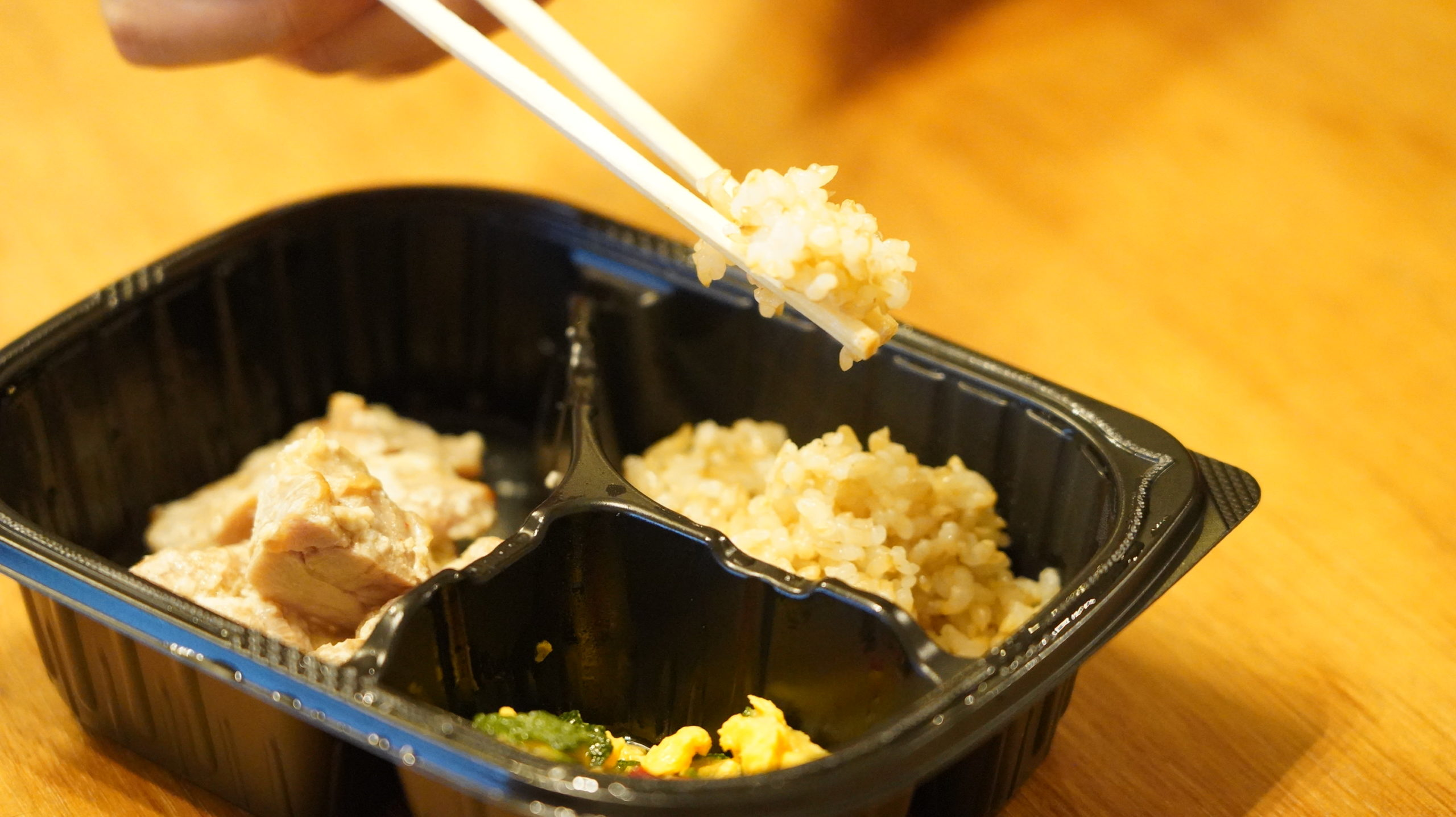 マッスルデリ(Muscle Deli)の鶏肉の塩麹焼きセットの玄米の写真