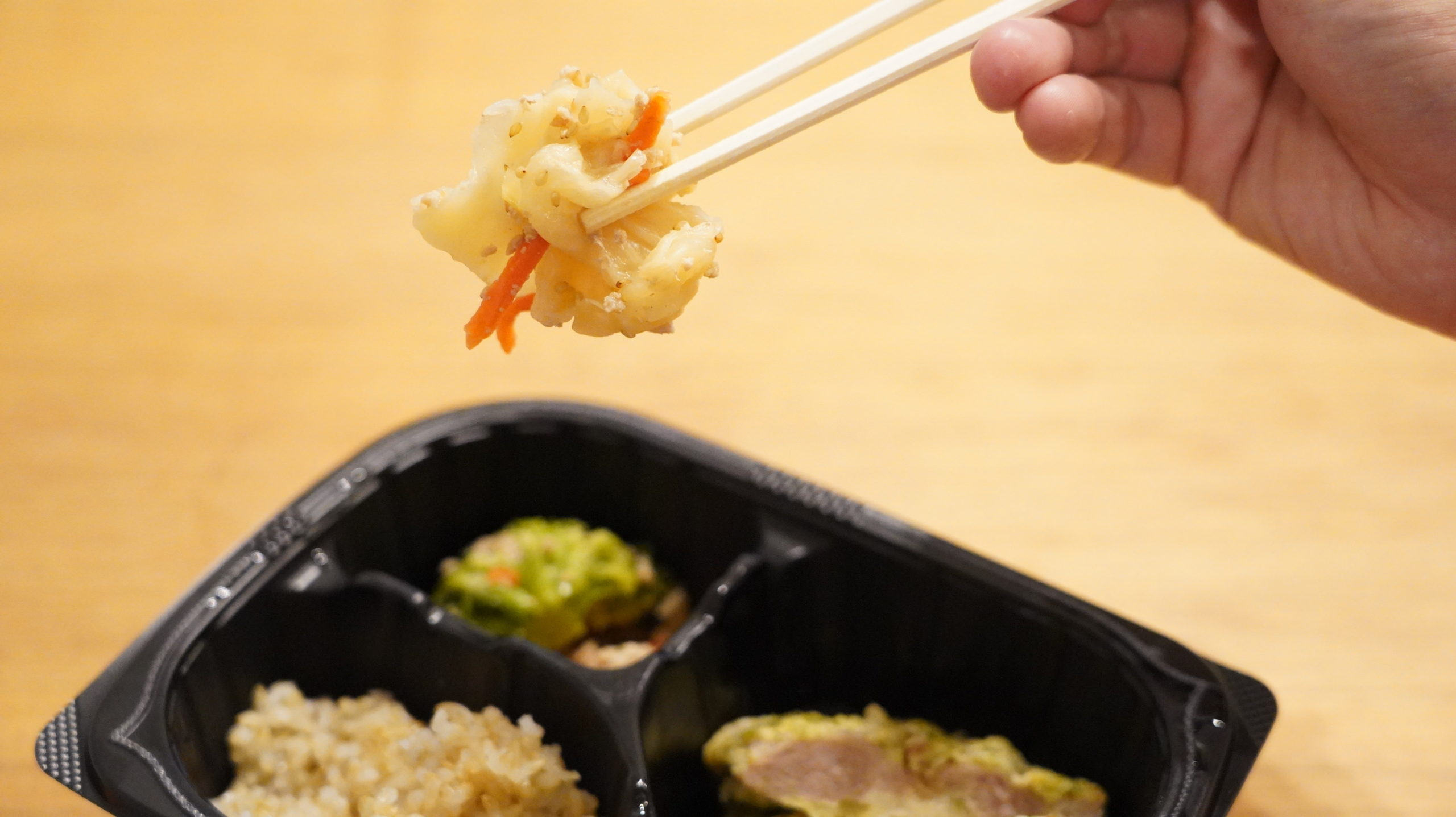 マッスルデリ(Muscle Deli)の鶏肉の青のりピカタセットのキャベツと人参をゴマとポン酢で味付けした惣菜の写真