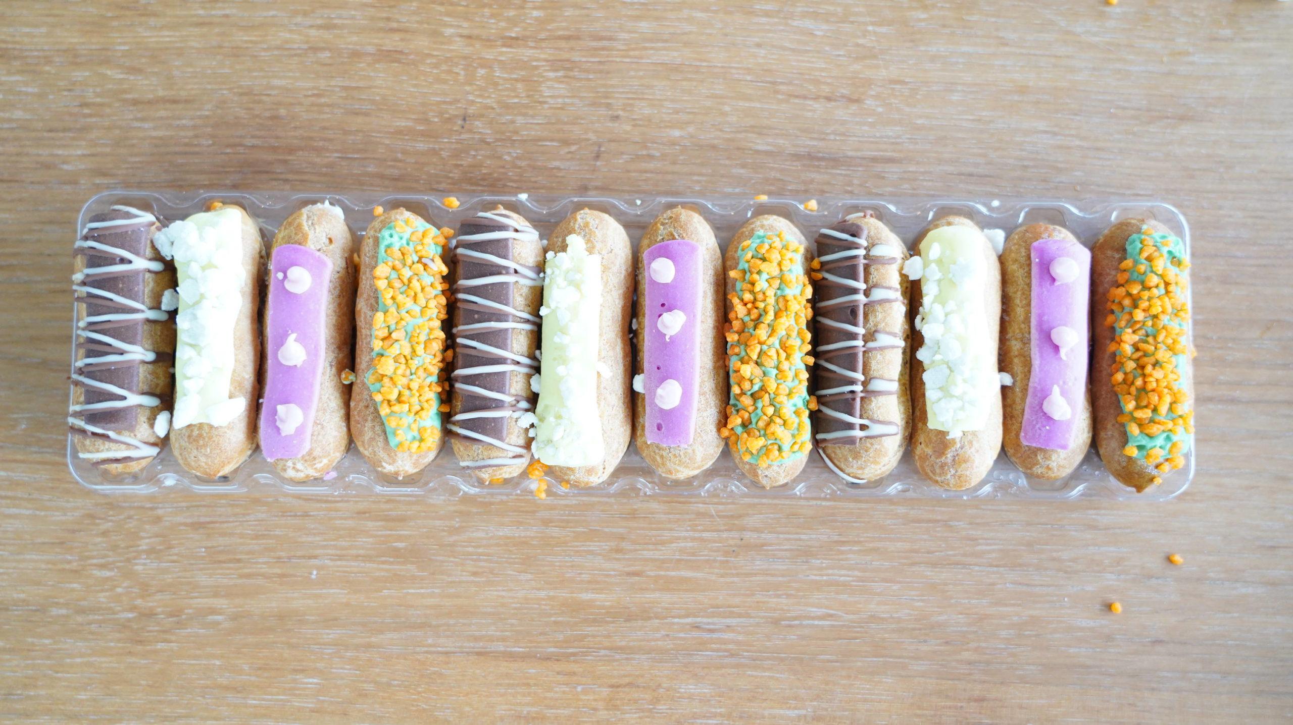 ピカールの冷凍食品「食いしん坊のミニエクレア」のラップをはがした写真