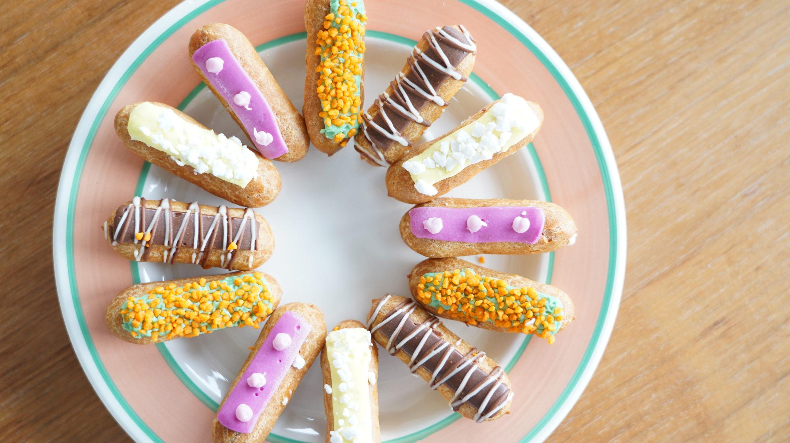 ピカールのおすすめ冷凍食品「食いしん坊のミニエクレア」を可愛く並べた写真