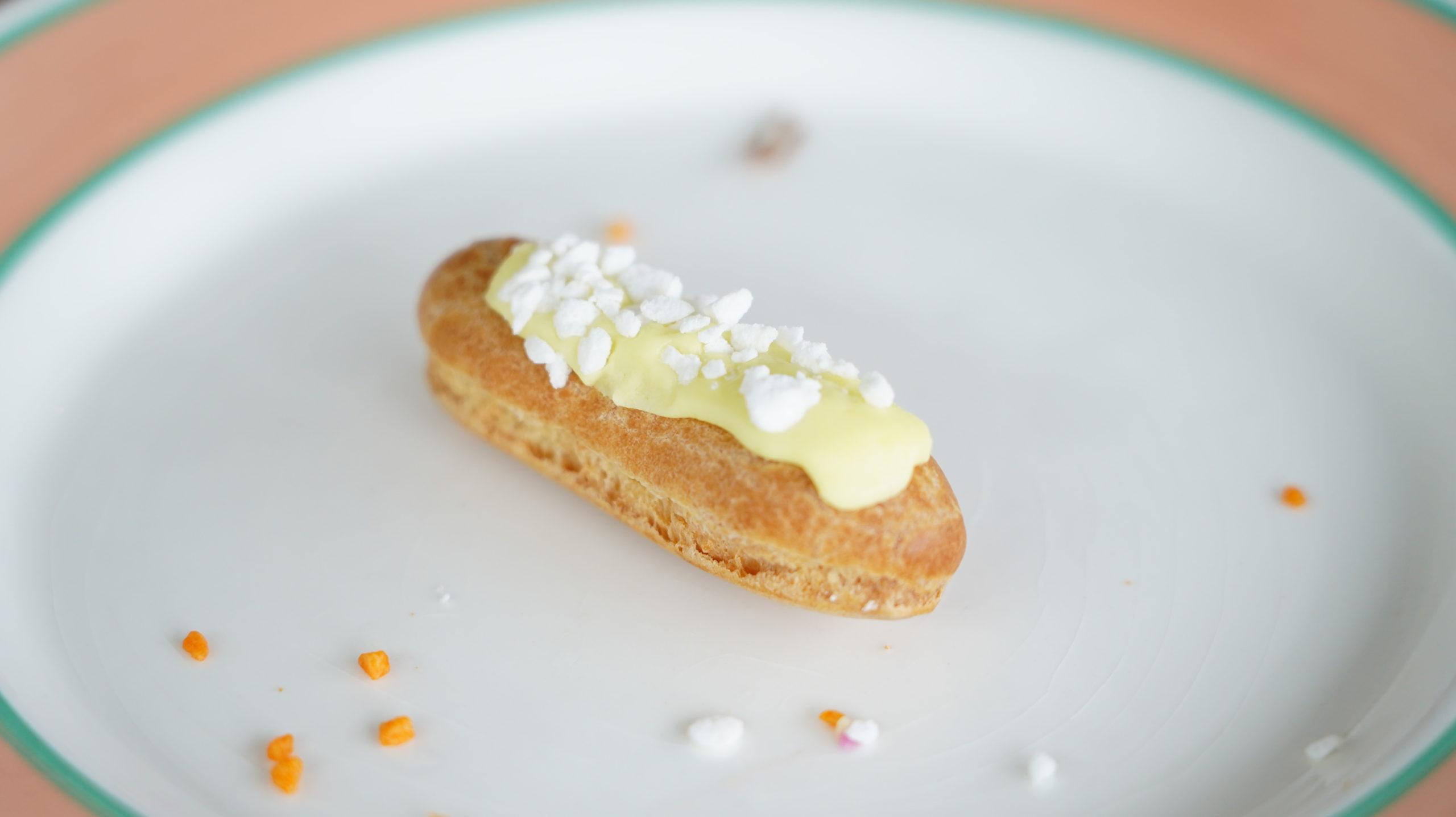 ピカールの冷凍食品「食いしん坊のミニエクレア」のレモンメレンゲ味の写真