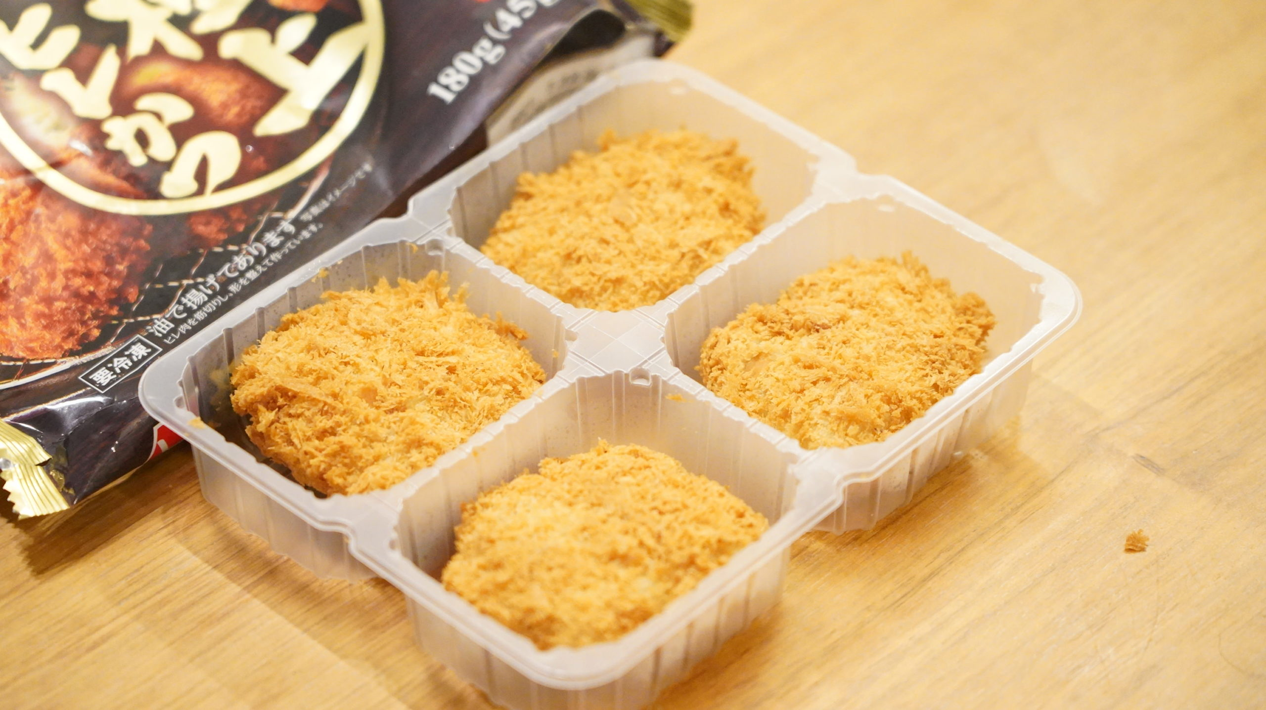 ニチレイの冷凍食品「極上ヒレかつ」の中にヒレかつが4つ入っている写真