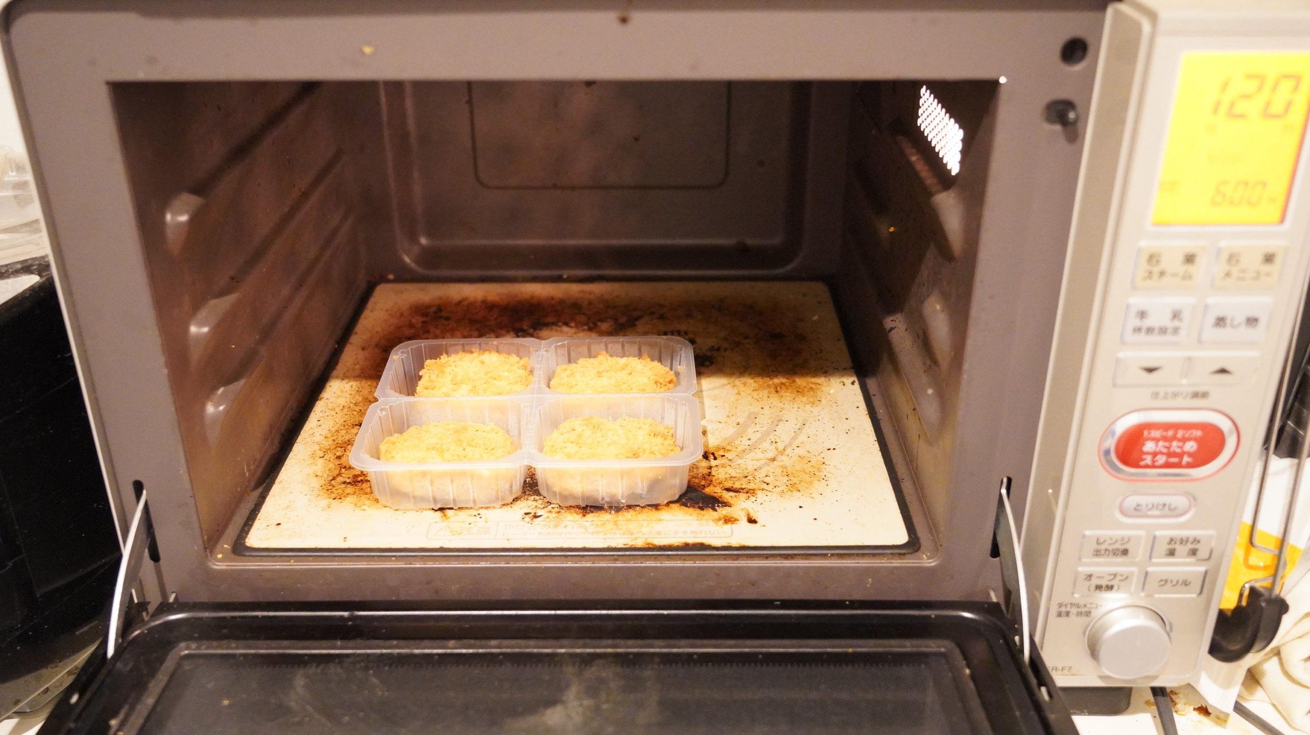 ニチレイの冷凍食品「極上ヒレかつ」を電子レンジで加熱している写真