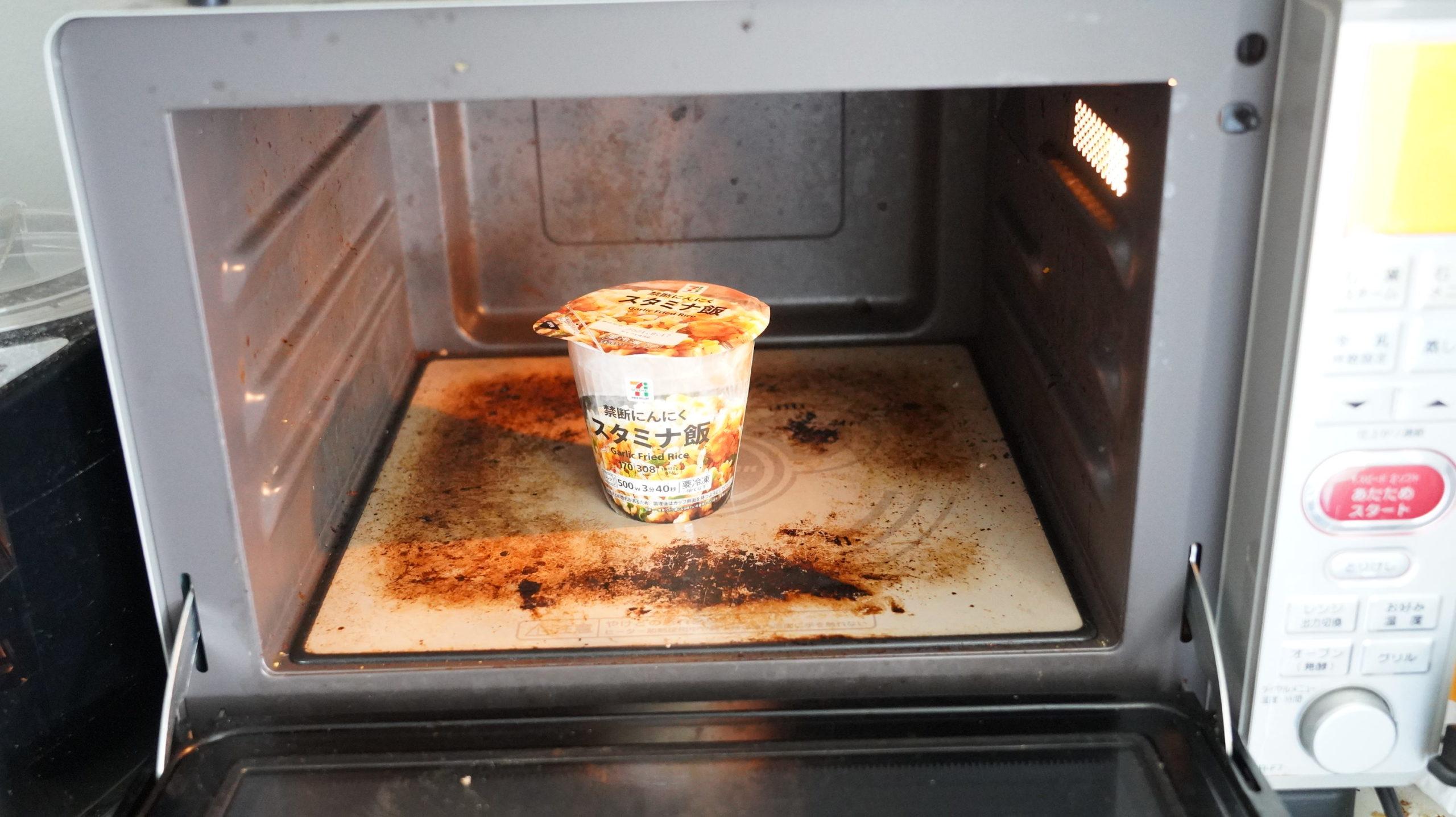 セブンイレブンの冷凍食品「禁断にんにくスタミナ飯」を電子レンジで加熱している写真