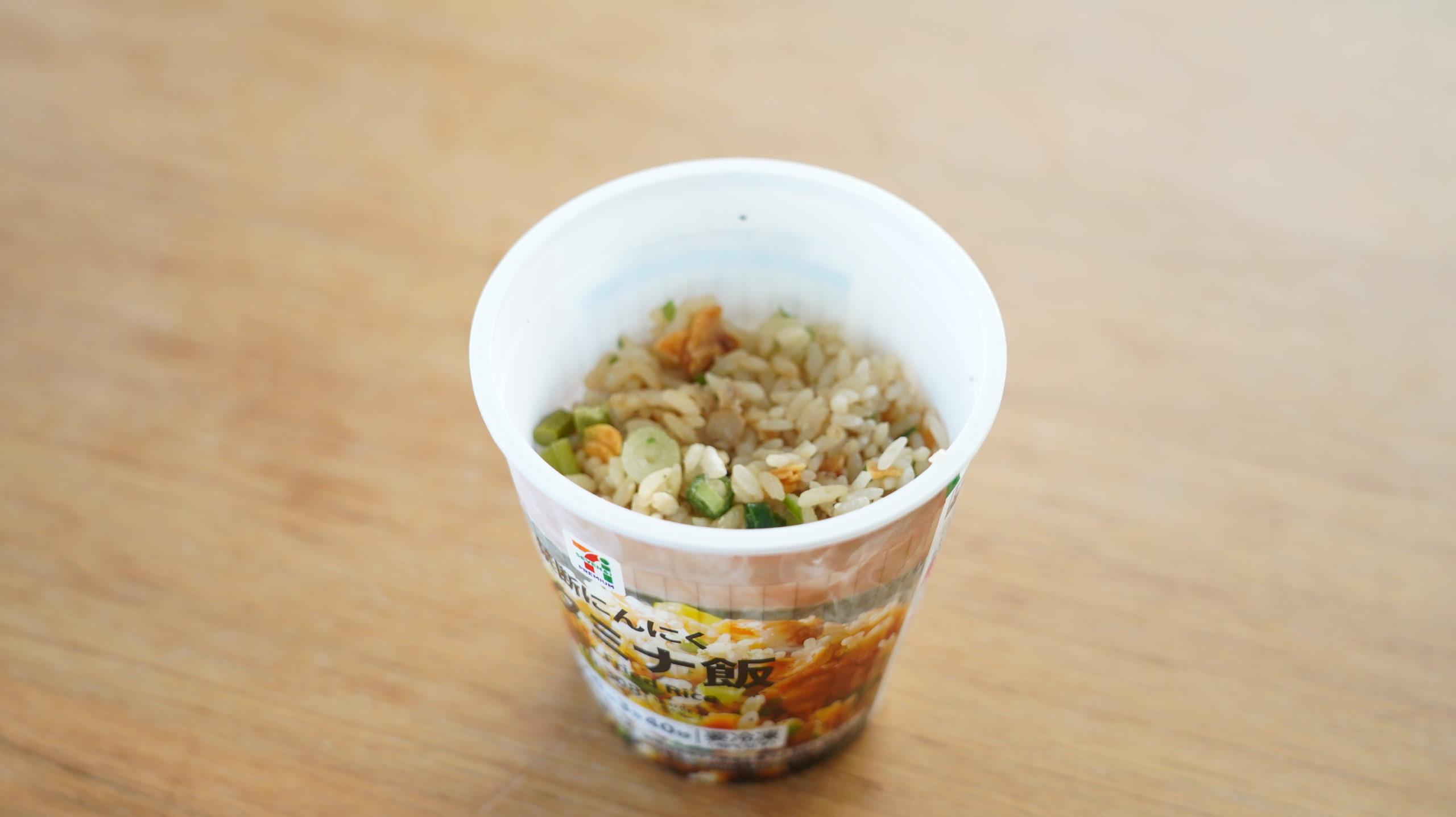 セブンイレブンの冷凍食品「禁断にんにくスタミナ飯」の全体の写真