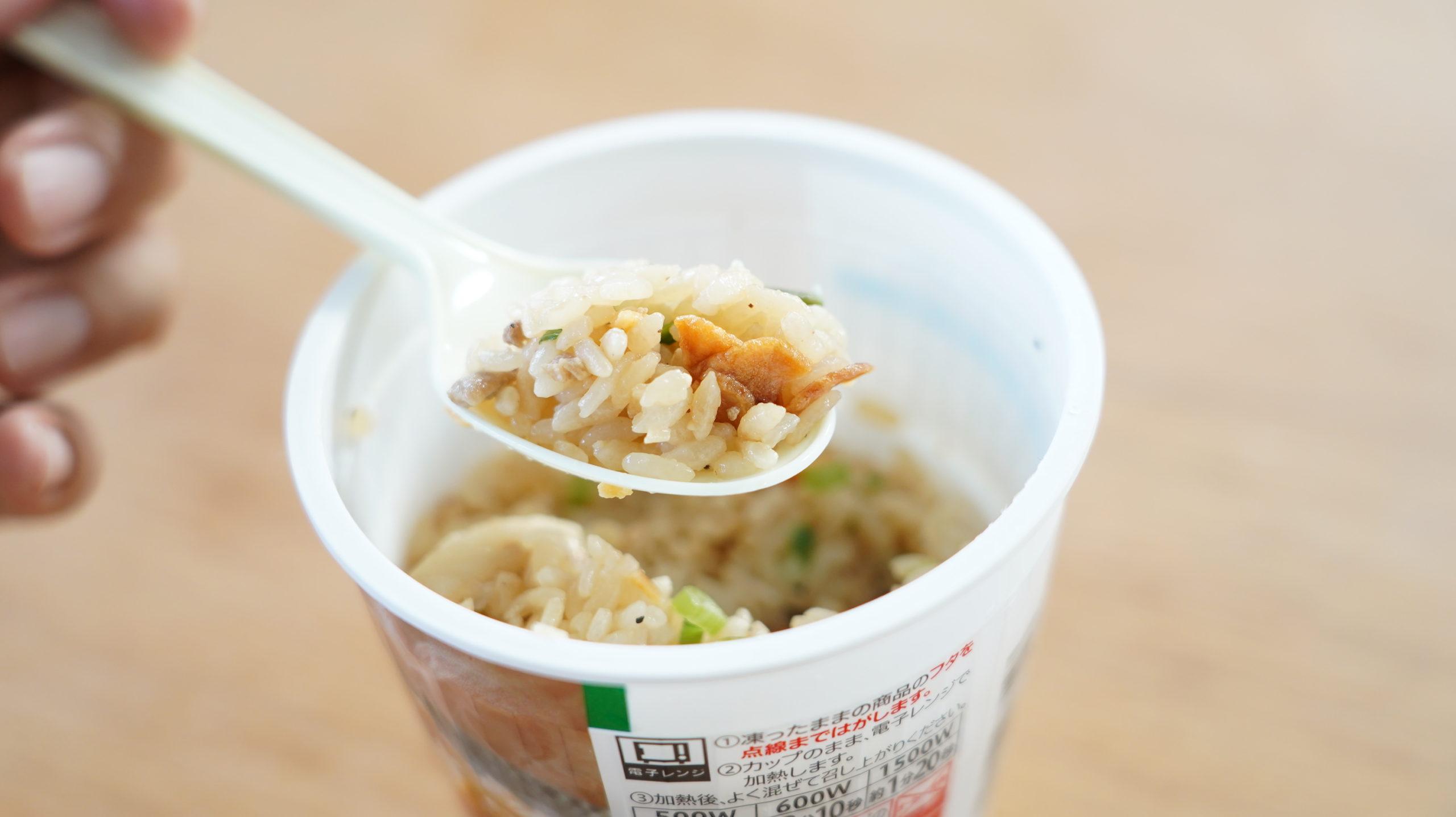 セブンイレブンの冷凍食品「禁断にんにくスタミナ飯」に、にんにくがたくさん入っている写真
