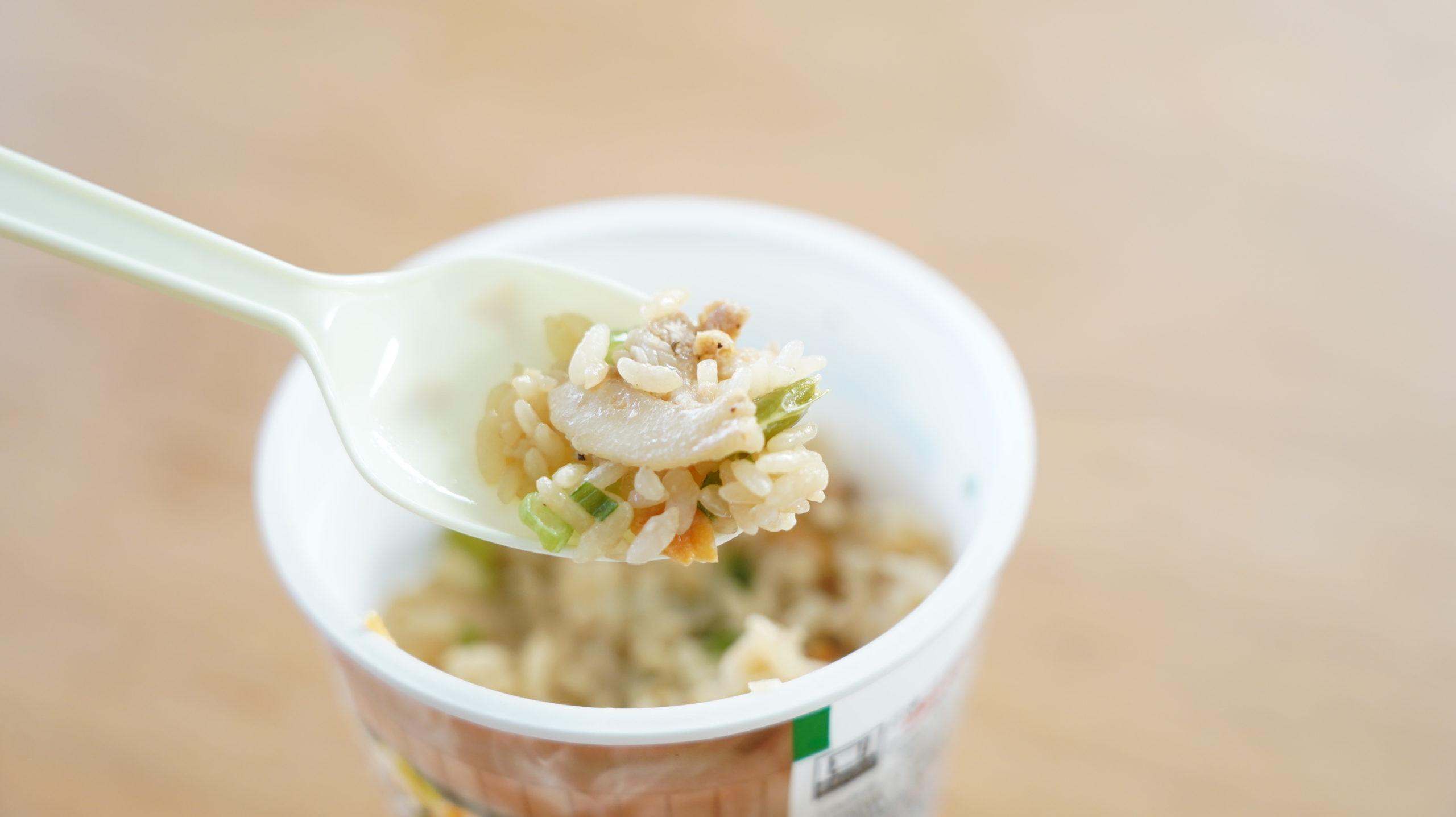 セブンイレブンの冷凍食品「禁断にんにくスタミナ飯」に肉もたくさん入っている写真