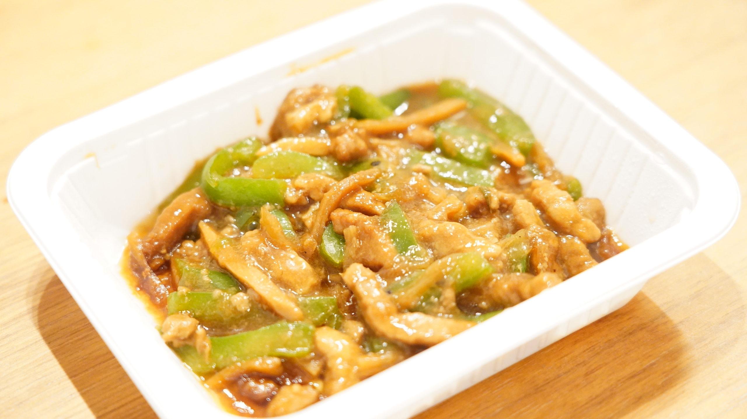 セブンイレブンの冷凍食品「やみつきになる香ばしさ・青椒肉絲(チンジャオロースー」の具がたっぷり入っている様子の写真