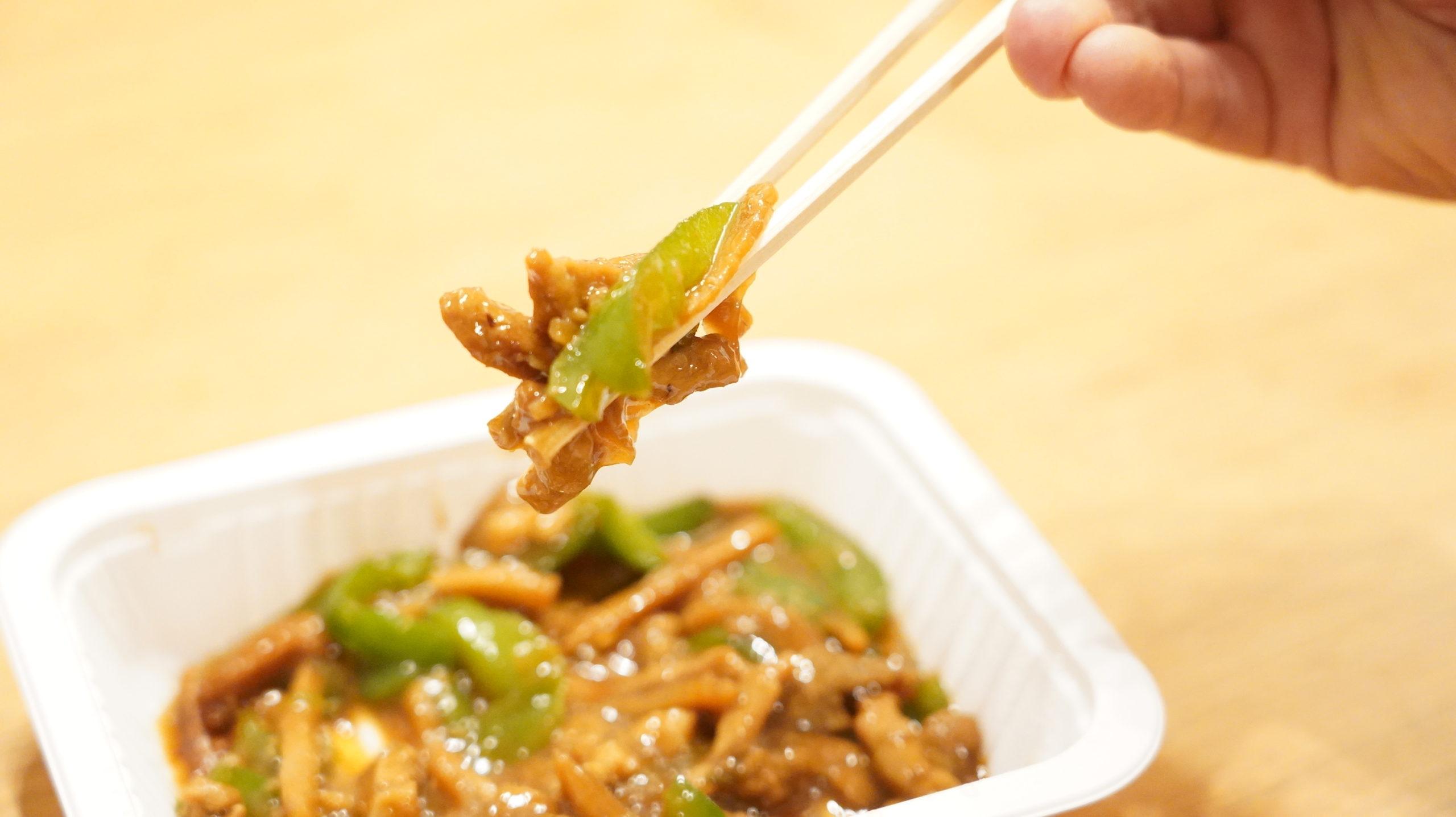 セブンイレブンの冷凍食品「やみつきになる香ばしさ・青椒肉絲(チンジャオロースー」の濃厚なソースがかかったお肉とピーマンの写真