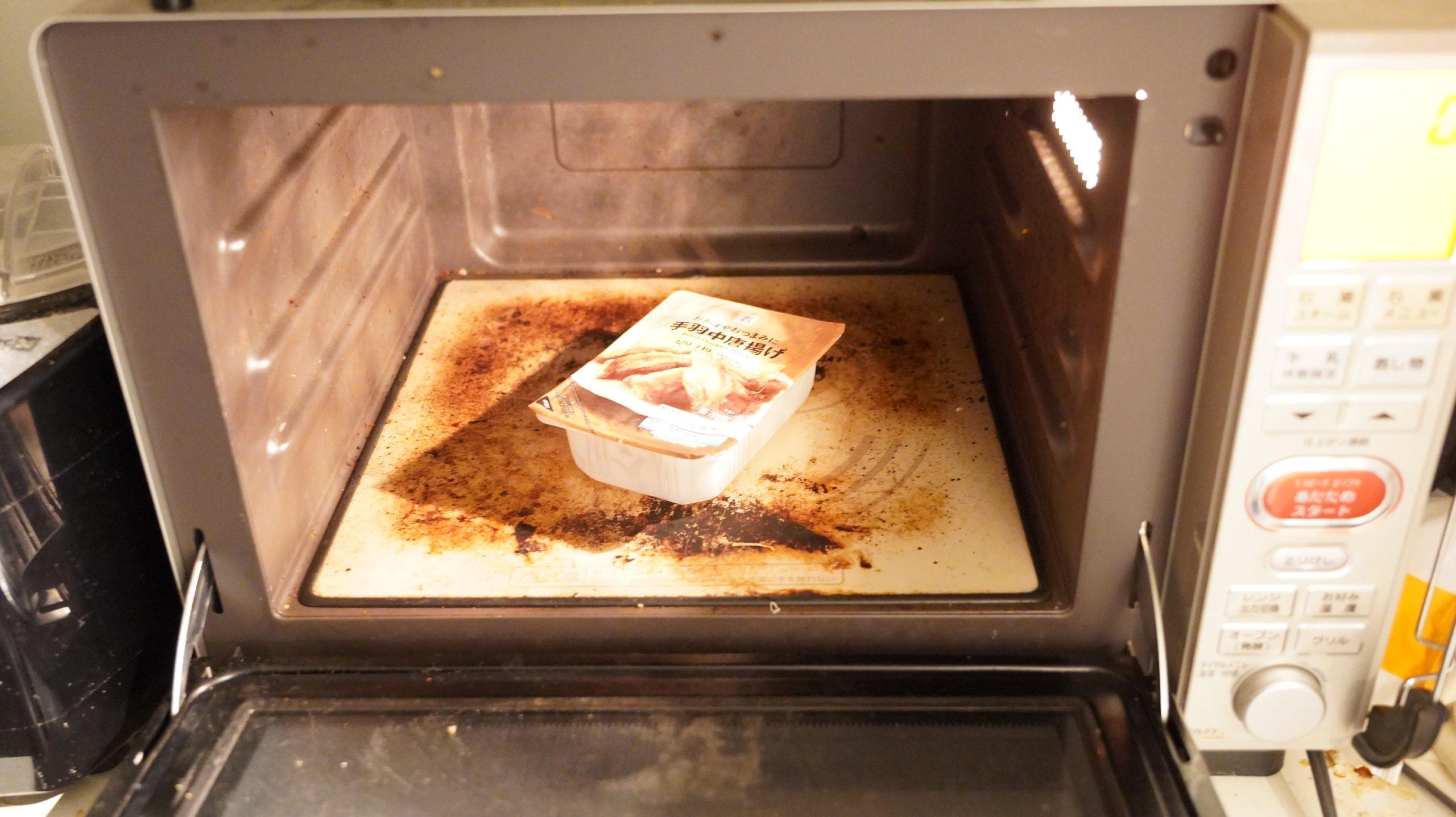 セブンイレブンの冷凍食品「おかずやおつまみに・手羽中唐揚げ」を電子レンジで加熱している写真