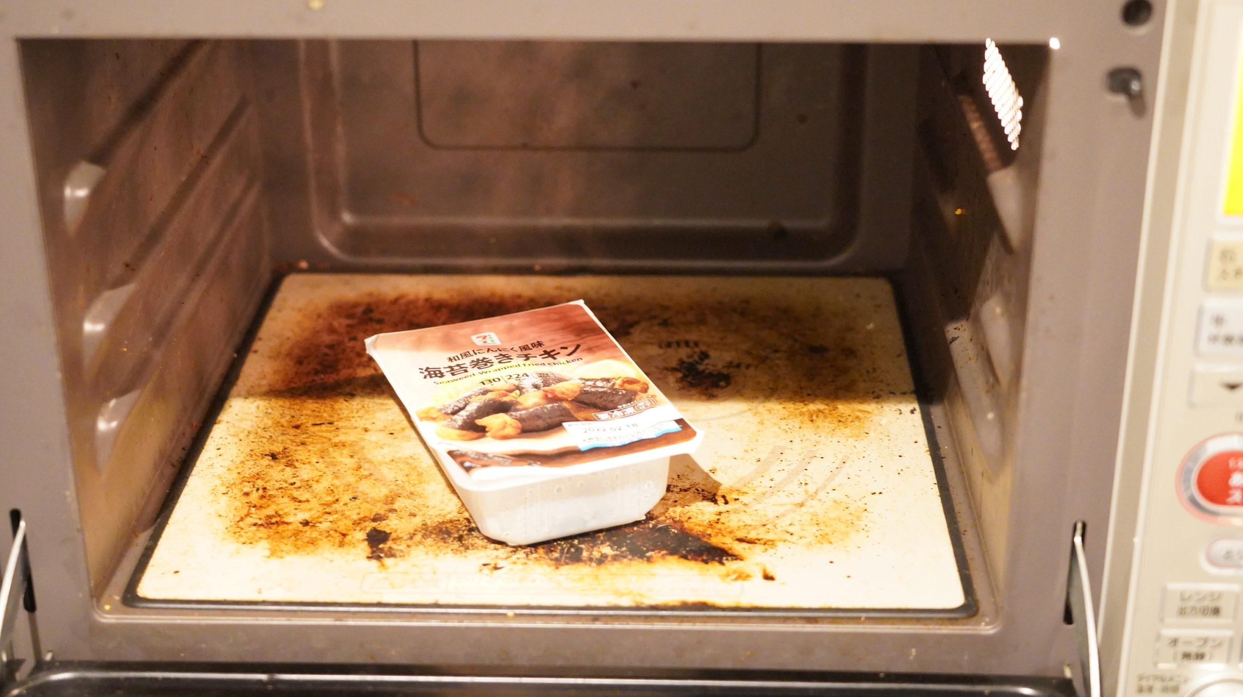 セブンイレブンの冷凍食品「和風にんにく風味・海苔巻きチキン」を電子レンジで加熱している写真