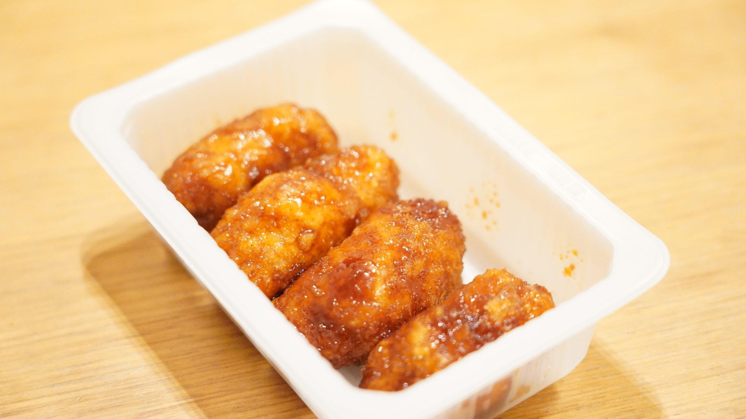 セブンイレブンの冷凍食品「大葉香る・ささみチーズカツ」にタレがたっぷりかかっている写真
